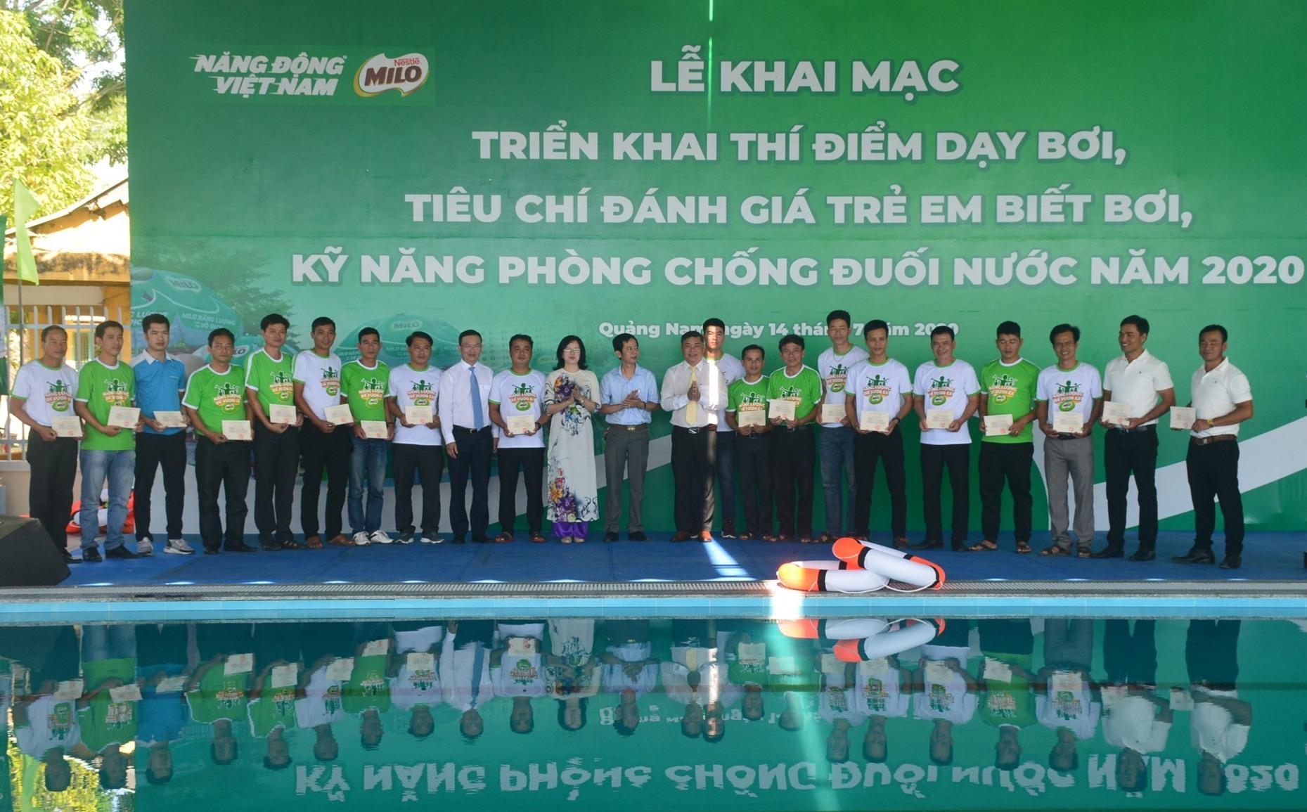 Lãnh đạo Tổng cục TD-TT trao giấy chứng nhận cho các học viên hoàn thành xuất sắc khóa tập huấn về thí điểm dạy bơi. Ảnh: Q.T
