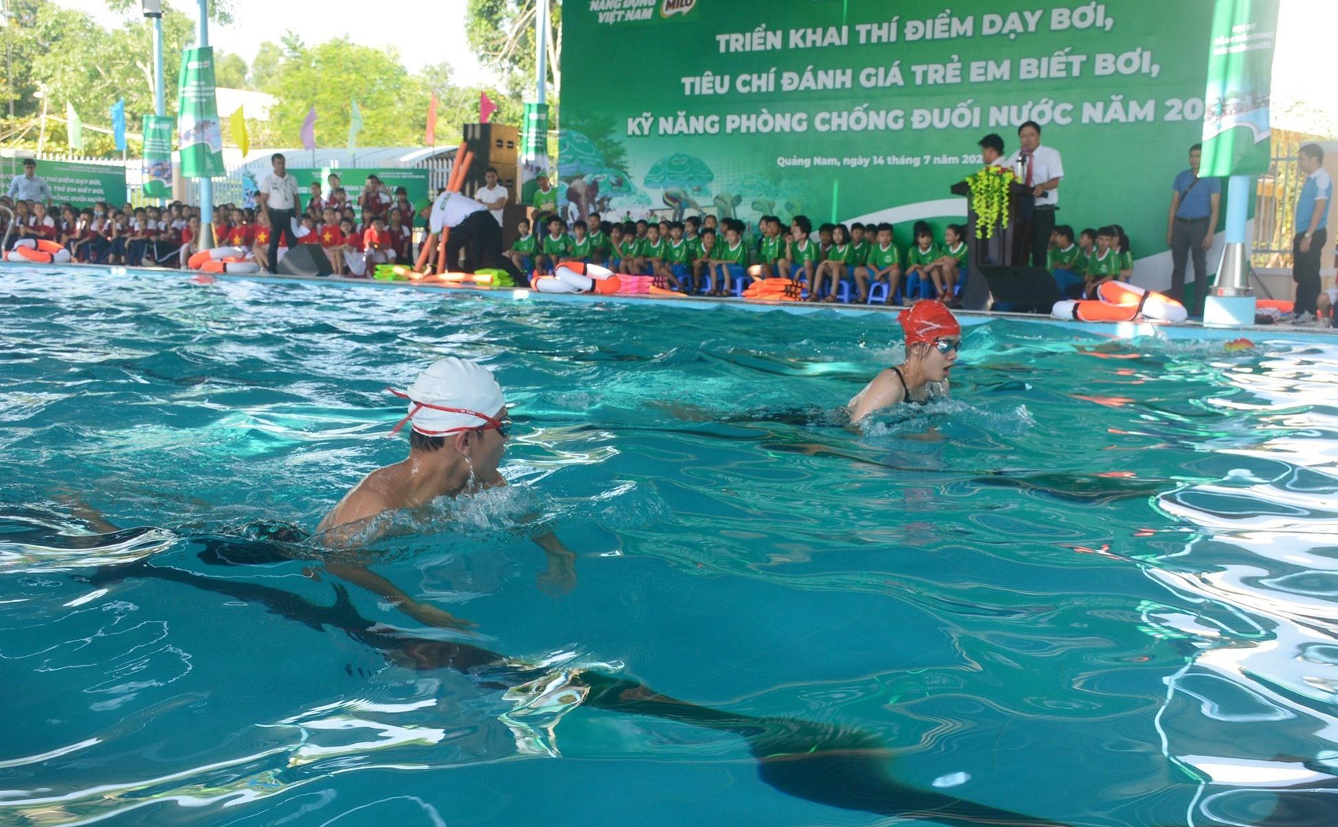 Học sinh bơi biểu diễn sau buổi khai mạc. Ảnh: Q.T