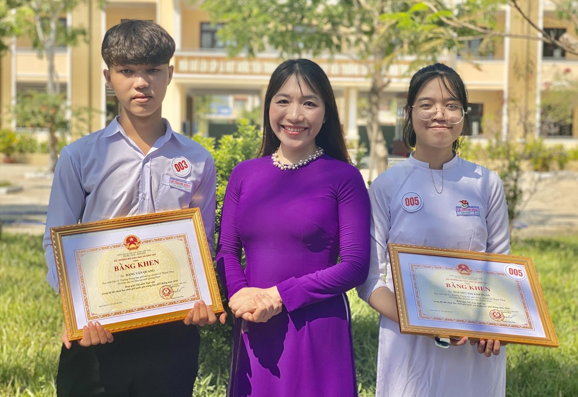 Đặng Văn Quang, Nguyễn Thị Kim Ngân và cô giáo chủ nhiệm trong ngày bế giảng năm học 2019 -2020. Ảnh: N.T