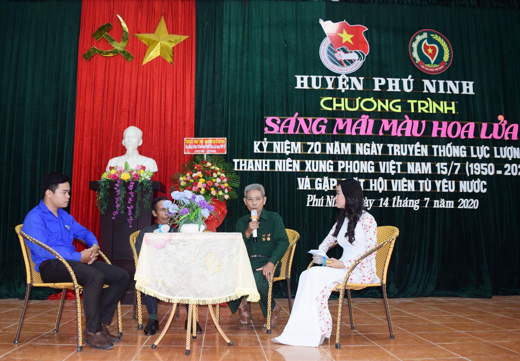 Tuổi trẻ Phú Ninh giao lưu với cựu TNXP, cựu tù yêu nước. Ảnh: L.C