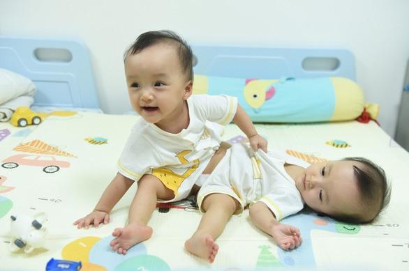 Hai bé hồn nhiên vui cường trước ngày đại phẫu - Ảnh: DUYÊN PHAN