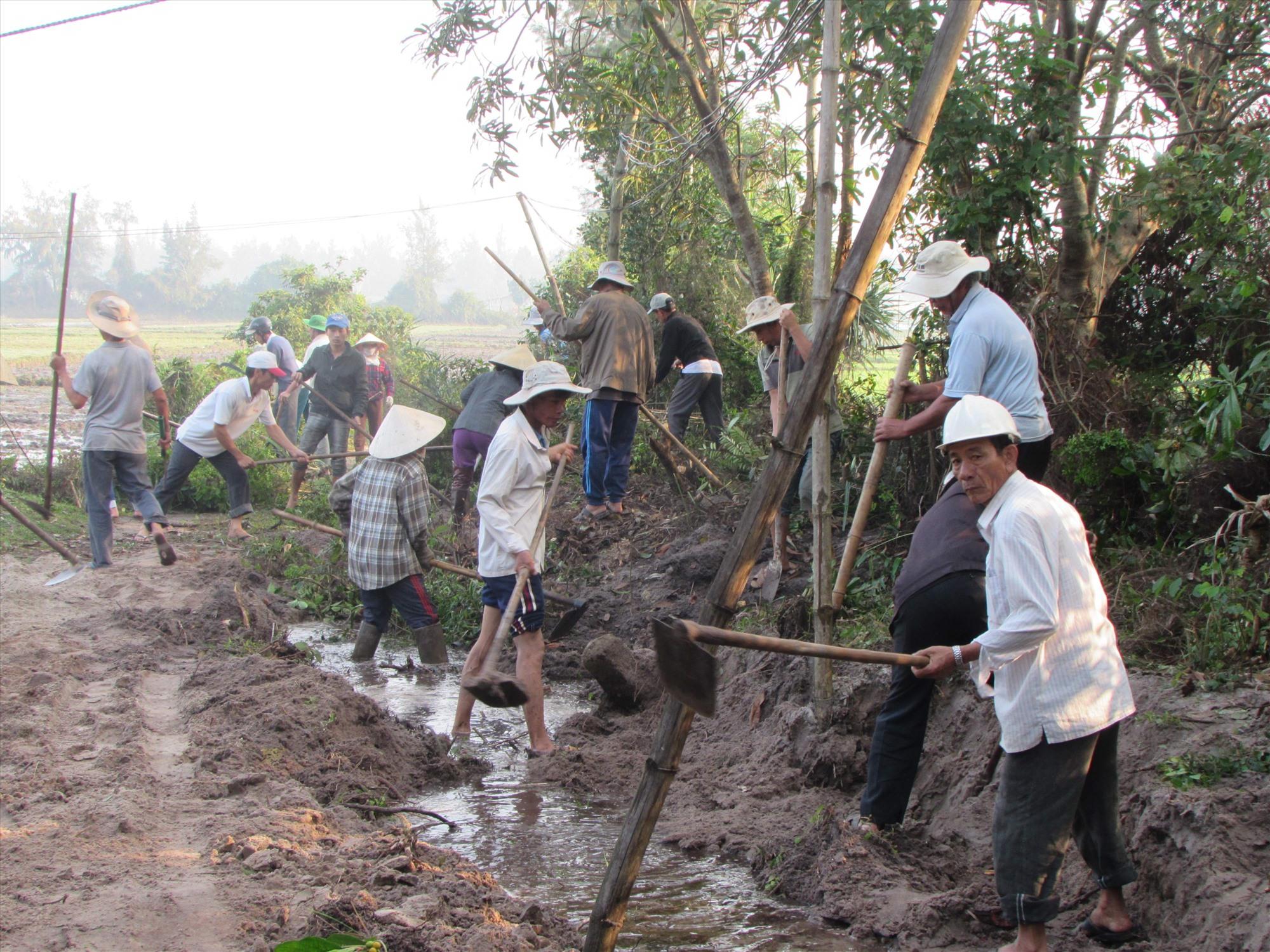 Nông dân Núi Thành khơi thông kênh mương nội đồng, xây dựng nông thôn mới. Ảnh: VĂN PHIN