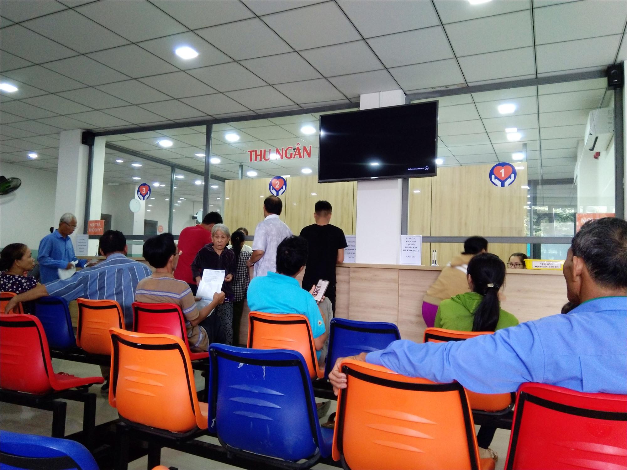 Chờ lấy phiếu khám bệnh tại Bệnh viện Bình An, huyện Duy Xuyên. Ảnh: X.H