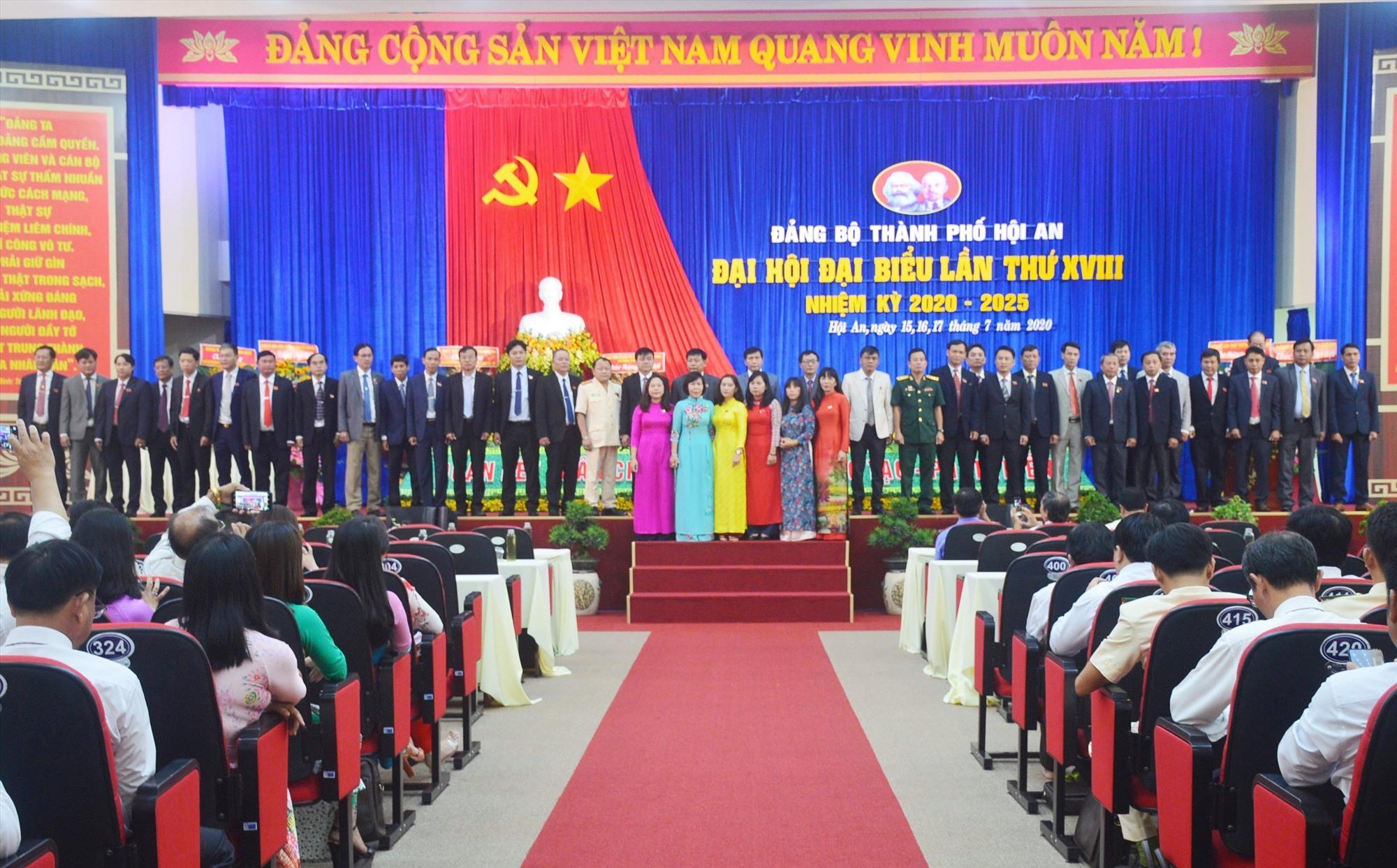 Ban chấp hành Đảng bộ thành phố Hội An khóa XVIII ra mắt tại đại hội. Ảnh: Q.T