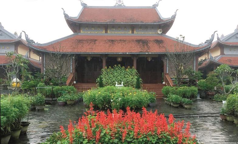 Thong dong vãn cảnh chùa Cổ Lâm, lặng nghe hương thiền. Ảnh: HOÀNG LIÊN