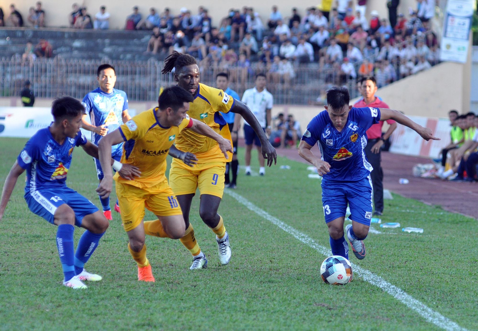 """Hồng Sơn (bên trái) cùng đồng đội phải nỗ lực hết sức để """"giải cứu"""" mình trong các vòng đấu sắp tới.Ảnh: T.V"""