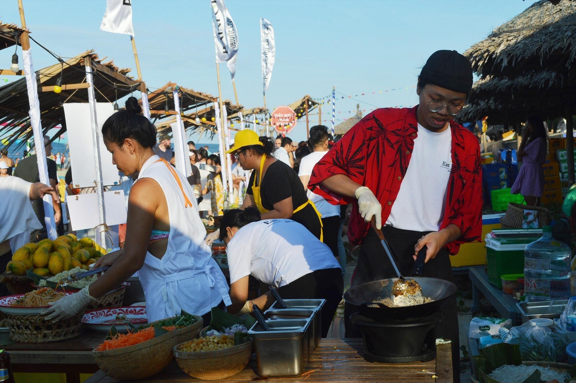Lễ hội thu hút 21 nhà hàng tham gia với khoảng 50 món ăn. Ảnh: VĨNH LỘC