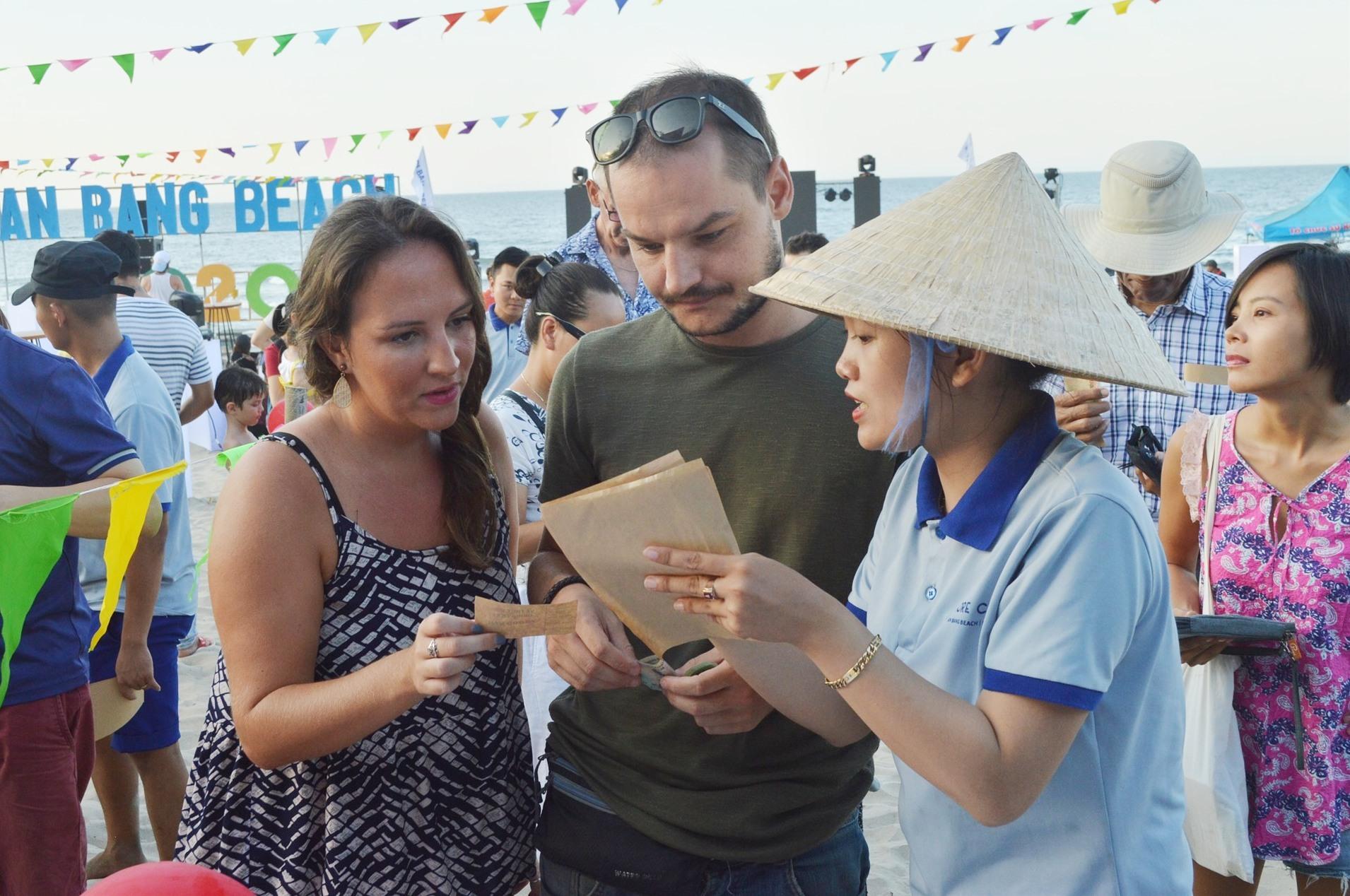 Du khách tìm hiểu các món ăn tại lễ hội. Ảnh: VĨNH LỘC