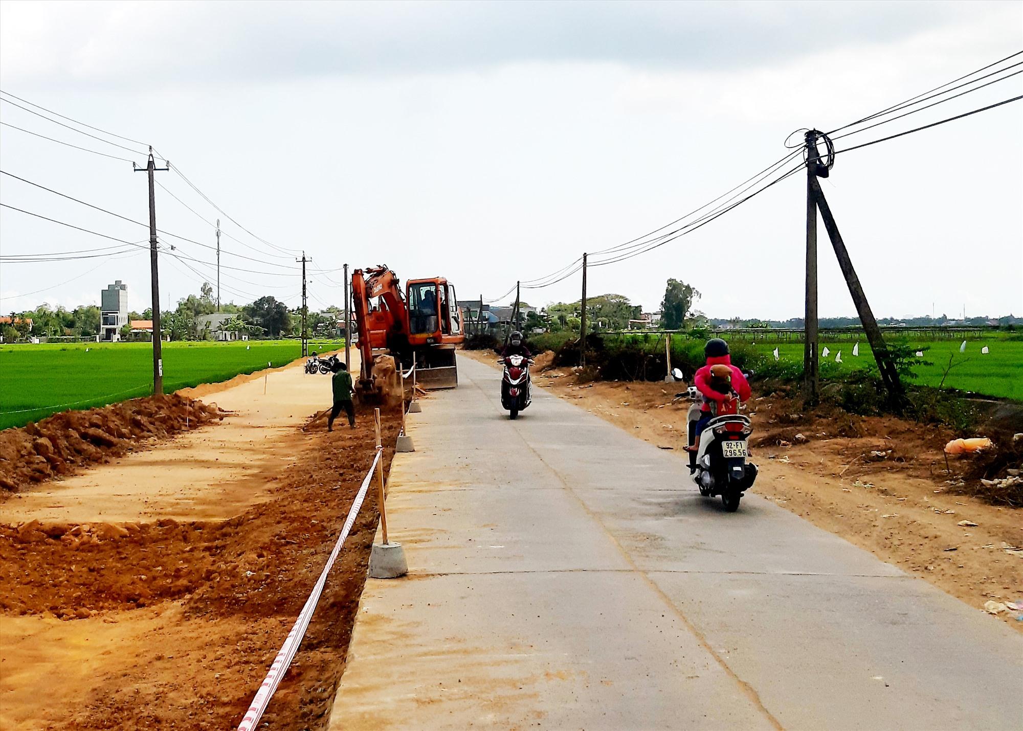 Hiện nay, huyện Duy Xuyên chưa đạt chuẩn tiêu chí về giao thông vì cần phải đầu tư xây dựng thêm 15km tuyến đường ĐH. Ảnh: N.P