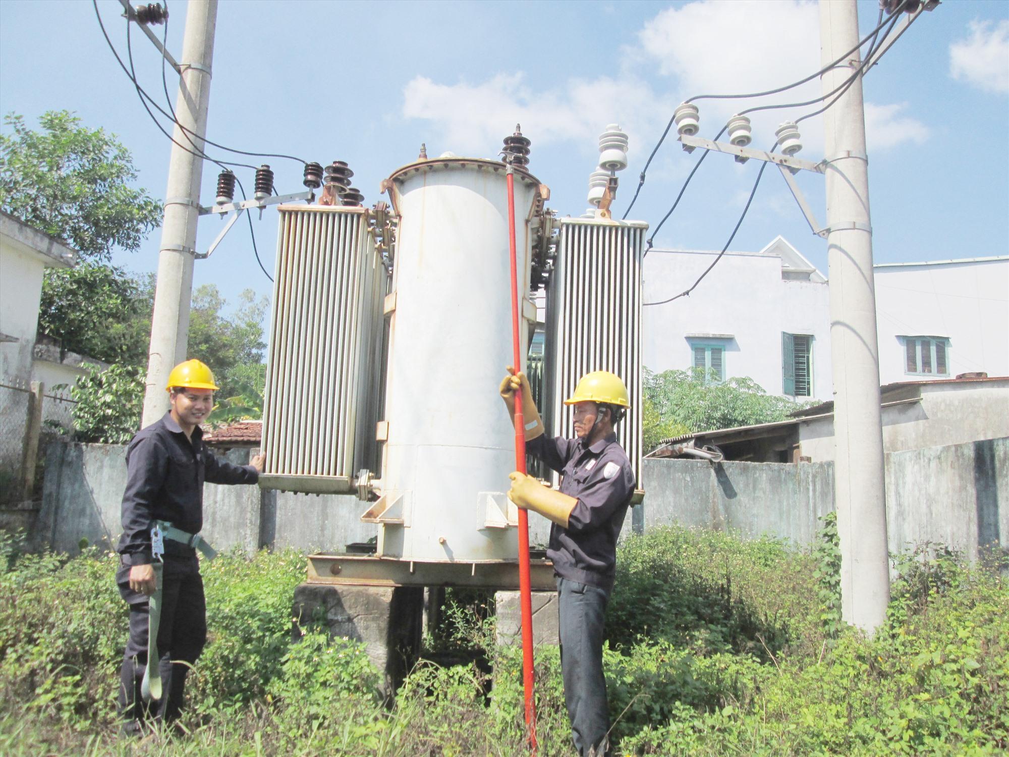 Những năm qua, xã Duy Sơn tập trung nâng cấp, cải tạo hệ thống điện nông thôn nhằm đáp ứng nhu cầu sử dụng của nhân dân. Ảnh: H.N