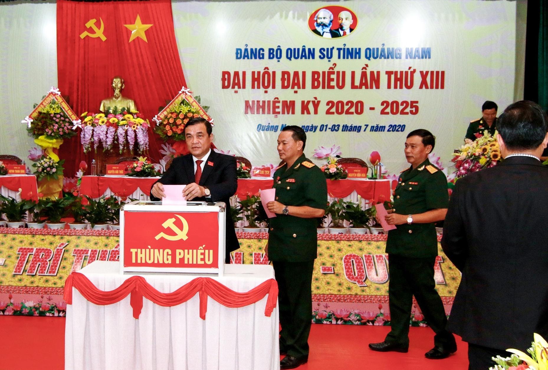 Các đại biểu bỏ phiếu bầu Ban chấp hành Đảng bộ Quân sự tỉnh khóa mới. Ảnh: T.C