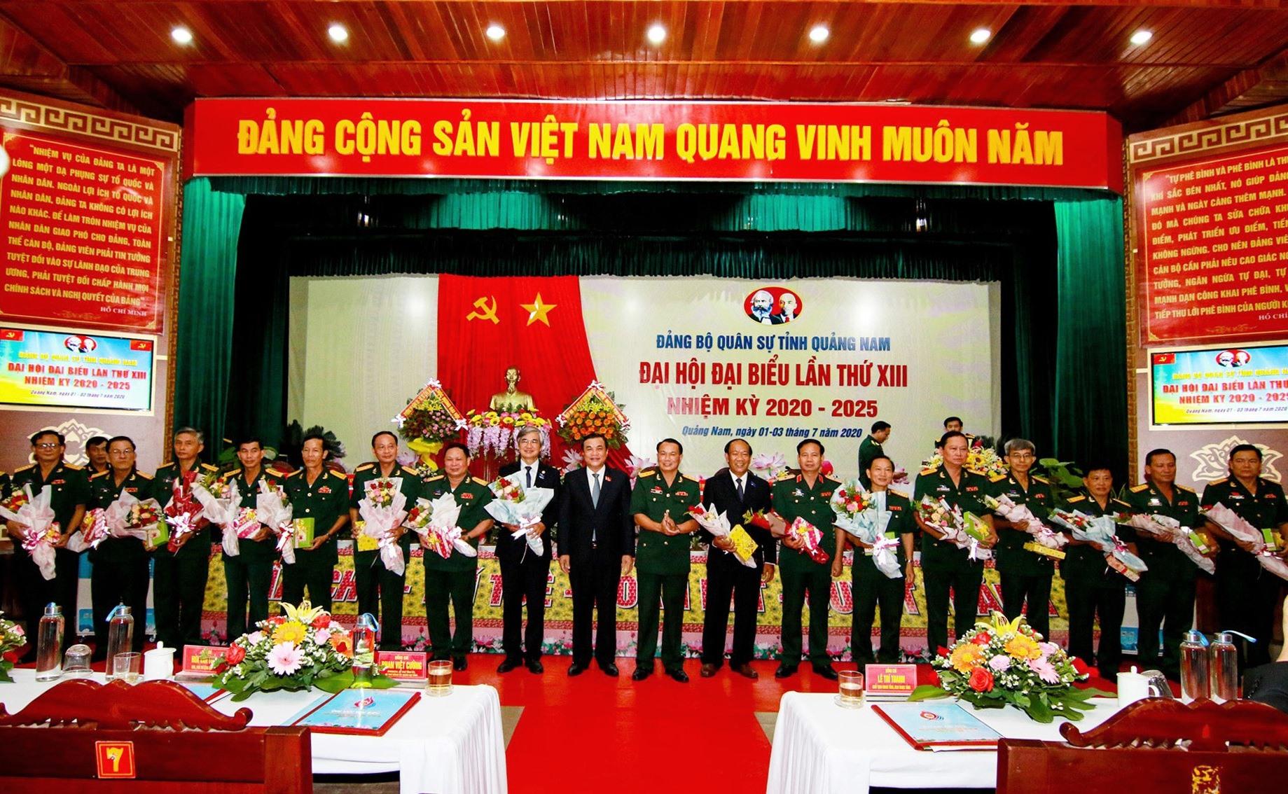 Bí thư Tỉnh ủy Phan Việt Cường cùng đại diện Bộ CHQS tỉnh tặng hoa cho các đồng chí nguyên là Ủy viên Ban chấp hành Đảng bộ Quân sự tỉnh nhiệm kỳ 2015 - 2020. Ảnh: T.C