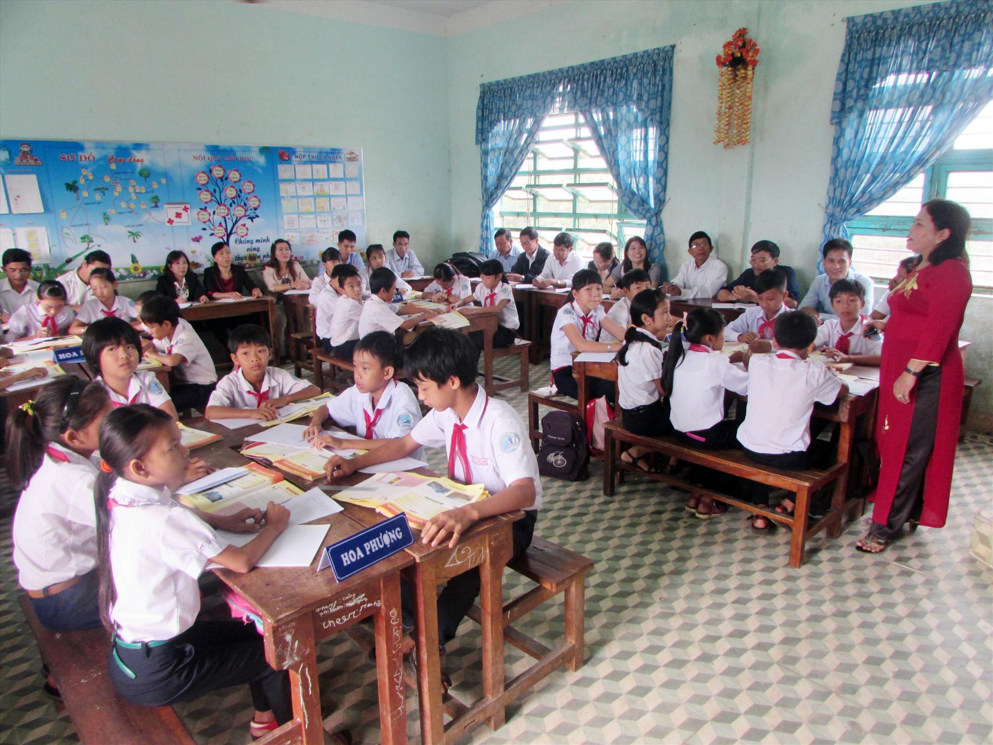 Năm học 2020 - 2021, Núi Thành kiến nghị tăng thêm 34 biên chế cho ngành giáo dục. Ảnh: V.P