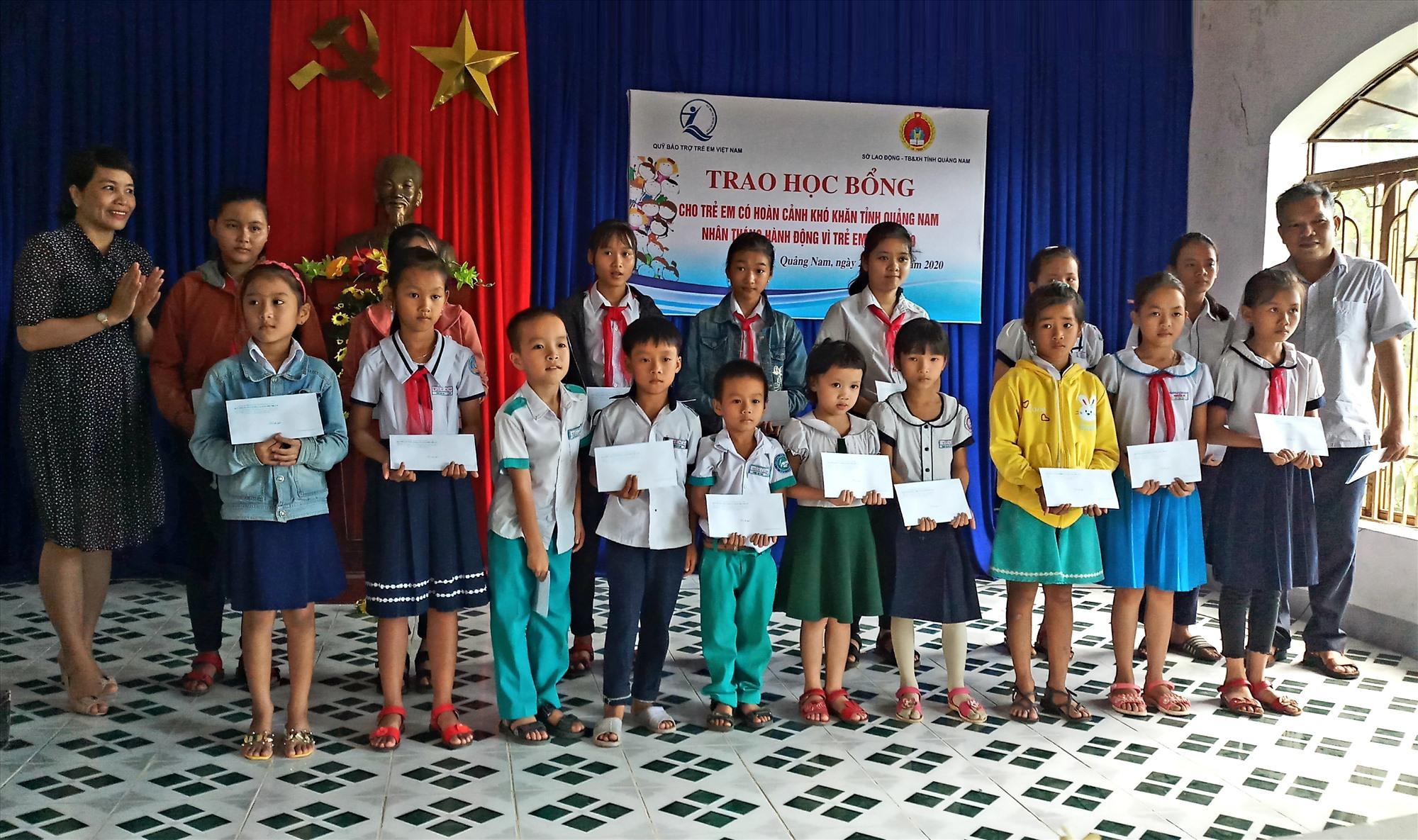 Trao học bổng cho trẻ em có hoàn cảnh khó khăn trên địa bàn Tiên Phước. Ảnh: N.H