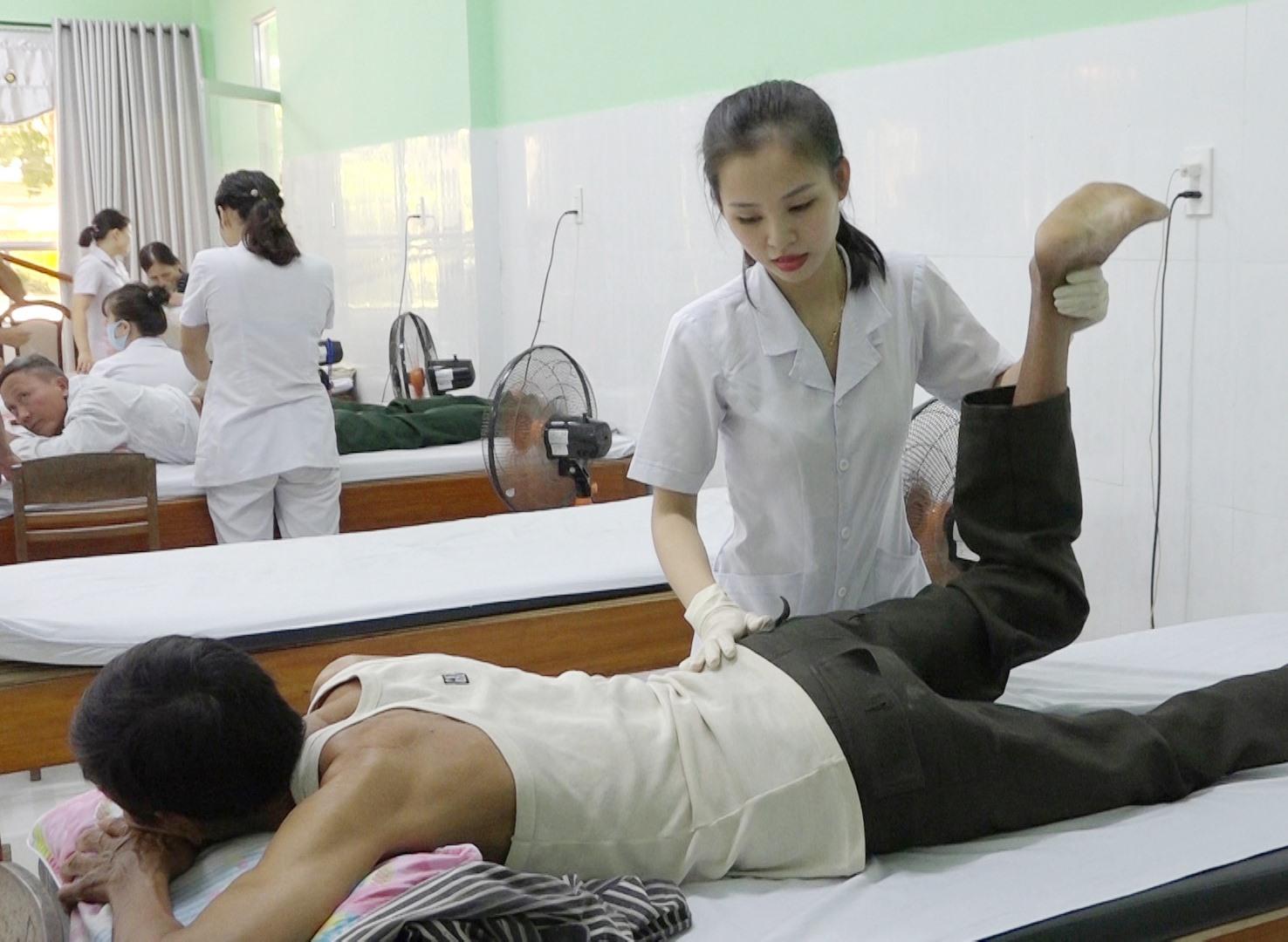 Người khuyết tật được luyện tập, chăm sóc tại nhà trung chuyển. Ảnh: B.T