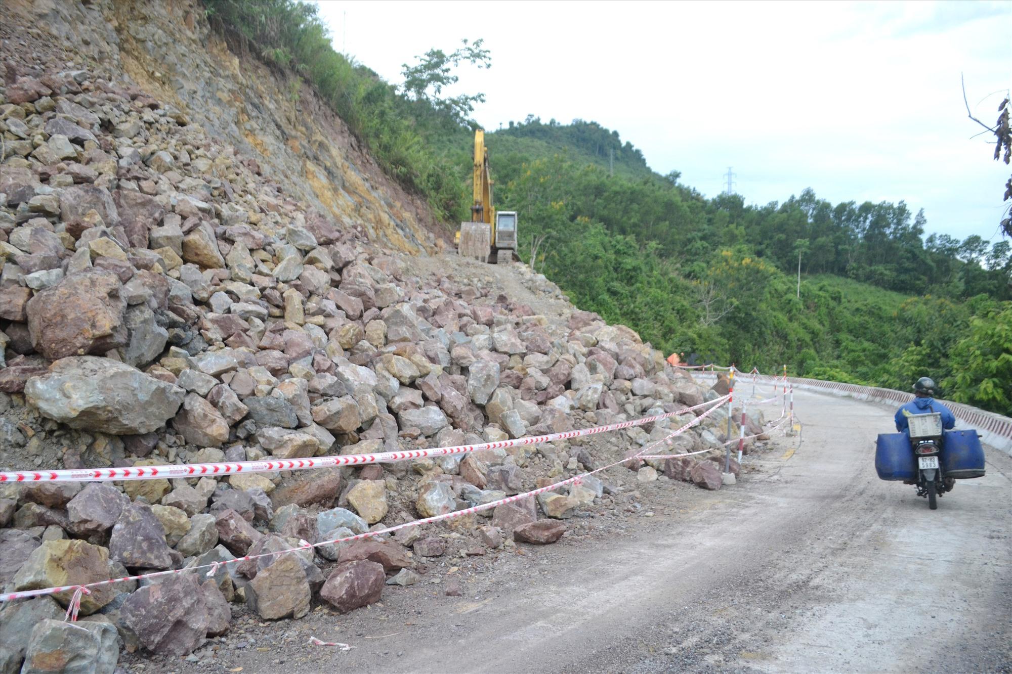 Một vị trí khuất tầm nhìn trên đường Hồ Chí Minh, đoạn qua thị trấn Thạnh Mỹ (Nam Giang) đang được cải tạo lại. Ảnh: CÔNG TÚ