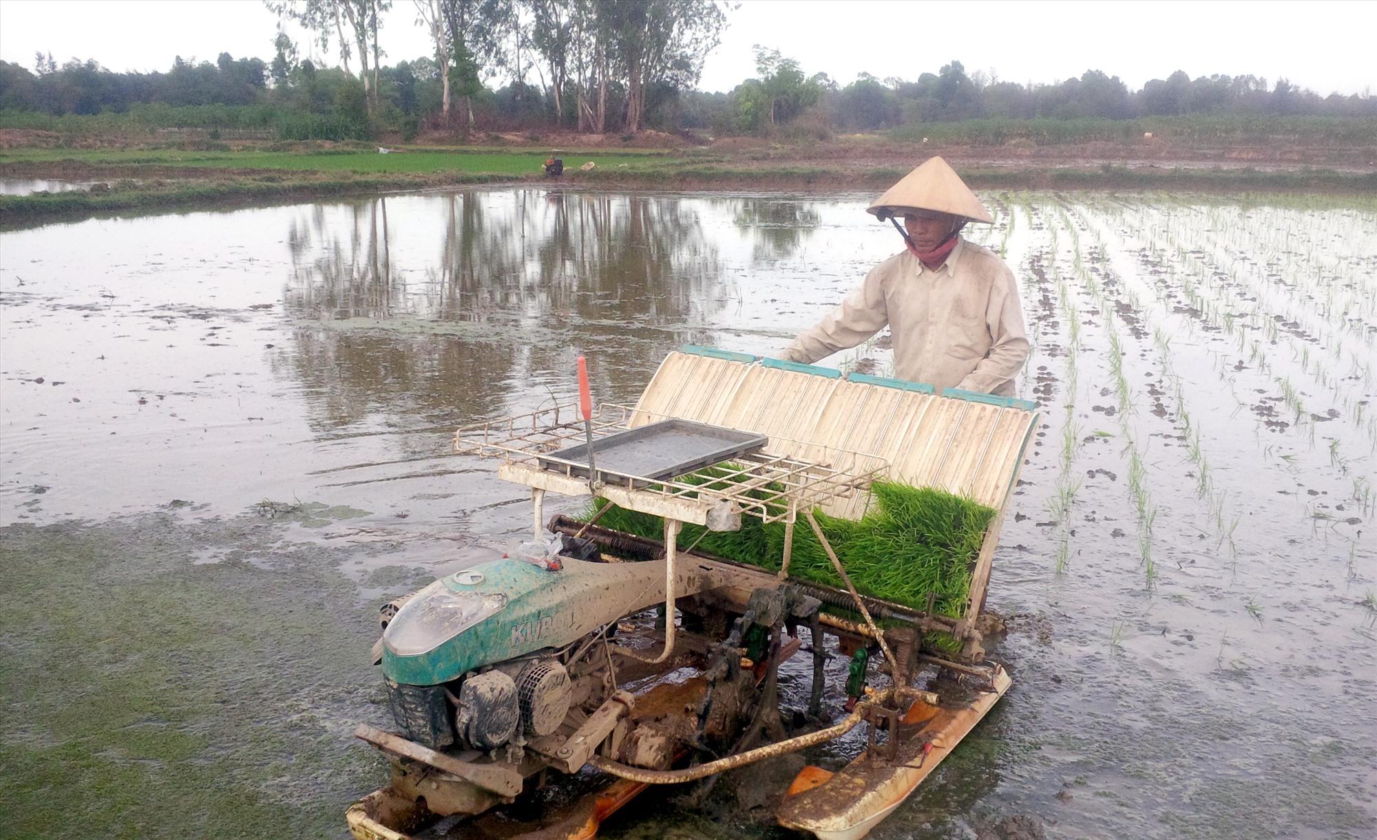 Nông dân đầu tư cơ giới hóa để nâng cao hiệu quả sản xuất nông nghiệp. Ảnh: H.QUANG