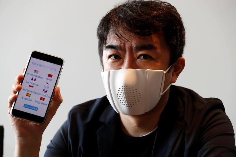 Giám đốc điều hành của công ty khởi nghiệp Nhật Bản Donis Robotics Taisuke Ono cùng chiếc khẩu trang thông minh và ứng dụng điện thoại di động.