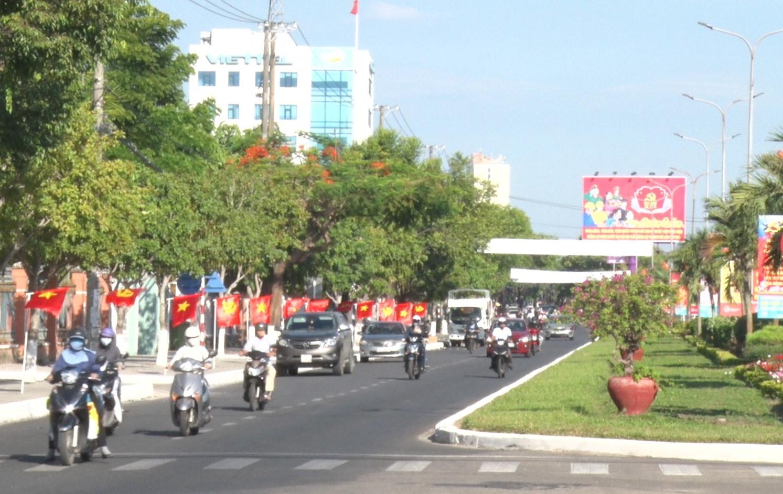 Khắp đường phố Tam Kỳ rực rỡ cờ hoa