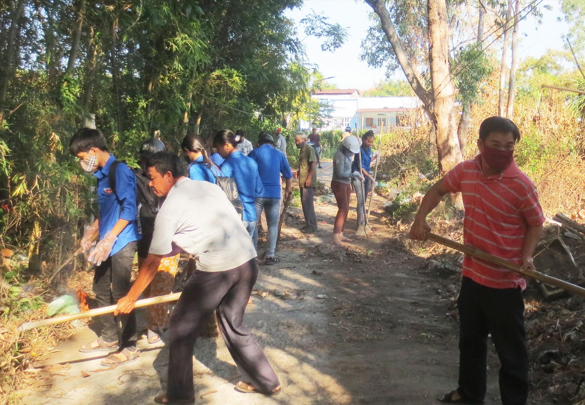 Nhân dân ra quân tổng vệ sinh môi trường chào mừng Đại hội