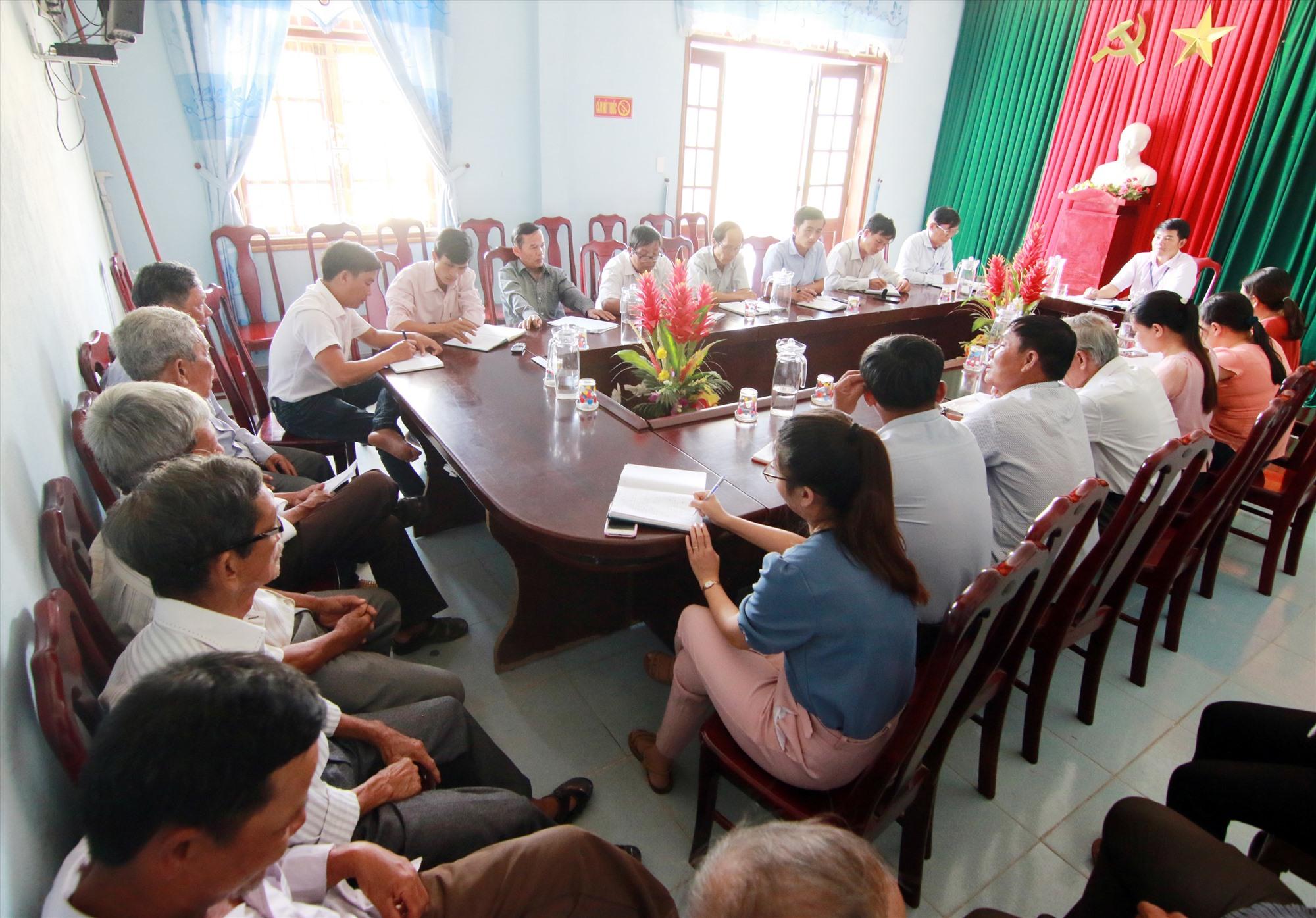 Lãnh đạo xã Quế Thọ (Hiệp Đức) họp với cán bộ các thôn lấy ý kiến góp ý triển khai chủ trương sáp nhập đơn vị hành chính cấp thôn giai đoạn 2019 - 2021. Ảnh: H.G