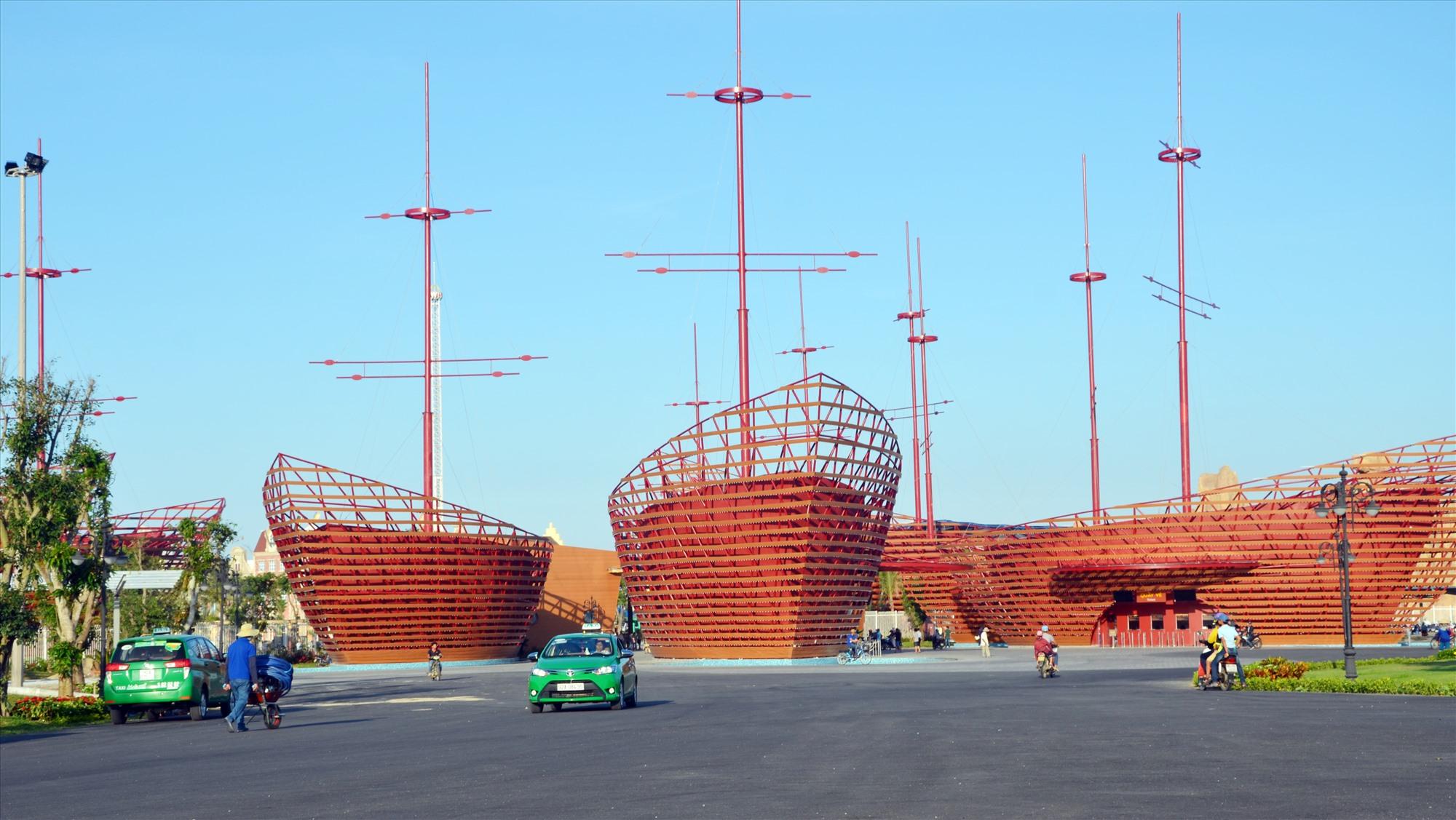 Khu vui chơi giải trí Vinpearl Land Nam Hội An, đóng tại xã Bình Dương (Thăng Bình) tạo ra động lực phát triển mạnh về dịch vụ du lịch. Ảnh: H.P