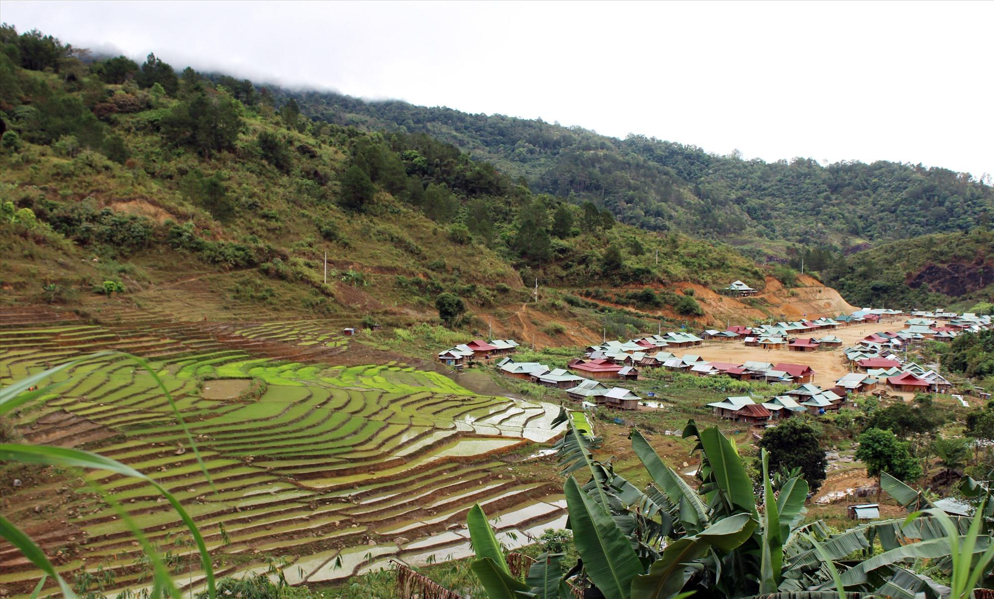 Làng mới Kínonh (xã A Xan) được đầu tư san ủi bố trí ổn định dân cư từ chương trình xây dựng NTM. Ảnh: Đ.H