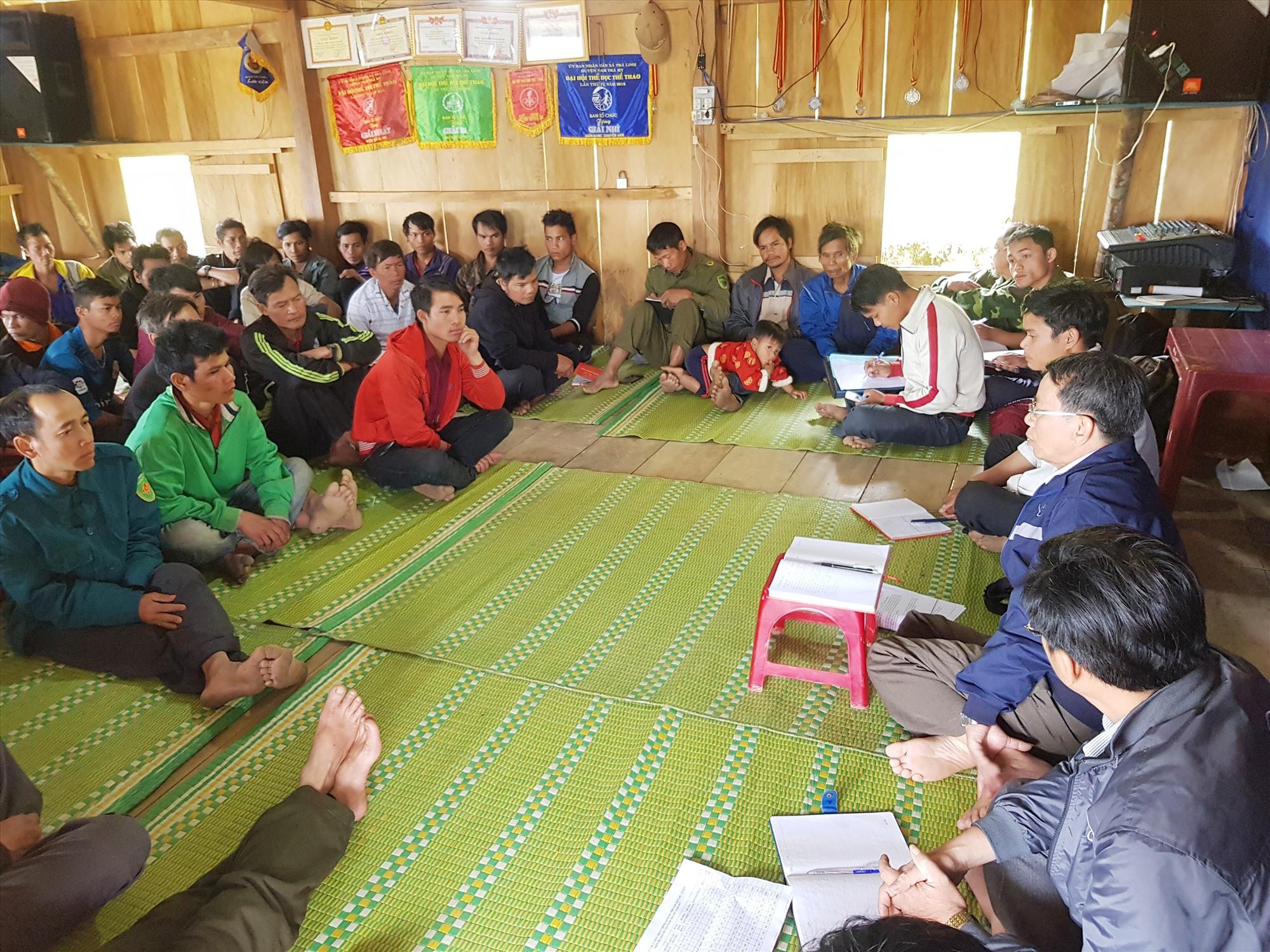 Cán bộ huyện Nam Trà My xuống cơ sở làm việc với người dân. Ảnh: N.C