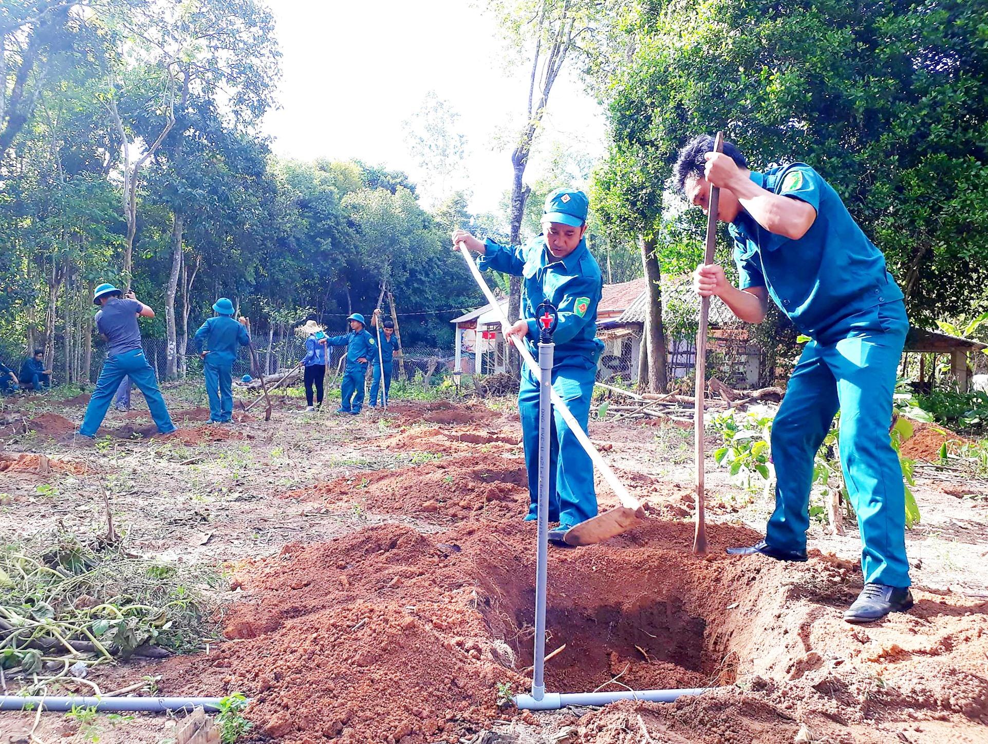 Ban Dân vận Huyện ủy Quế Sơn phối hợp với Ban CHQS huyện ra quân giúp người dân xã Quế Minh trồng cây ăn quả. Ảnh: P.T