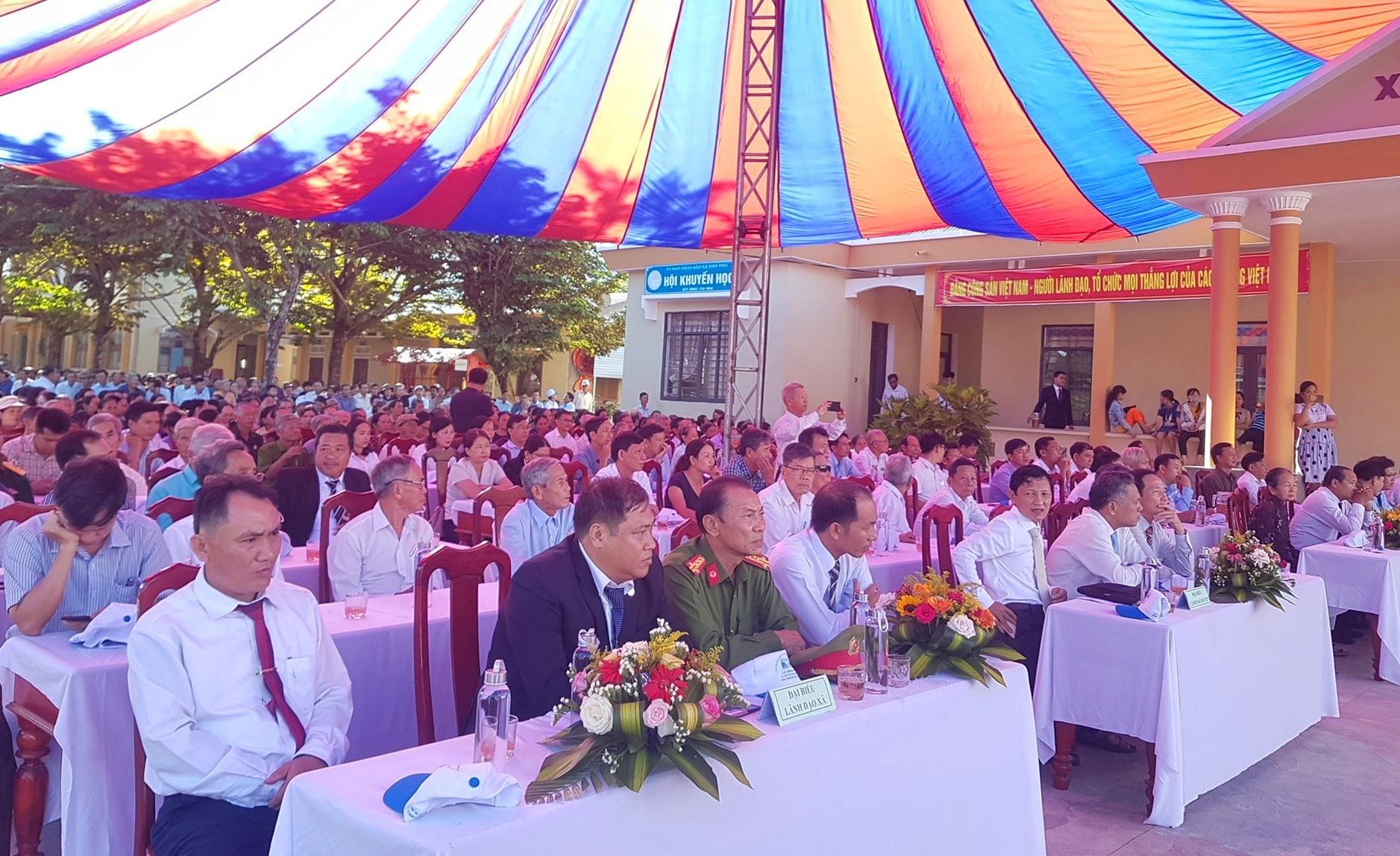 Đông đảo cán bộ, nhân dân xã Tiên Thọ dự lễ công bố xã đạt chuẩn nông thôn mới. Ảnh: D.L