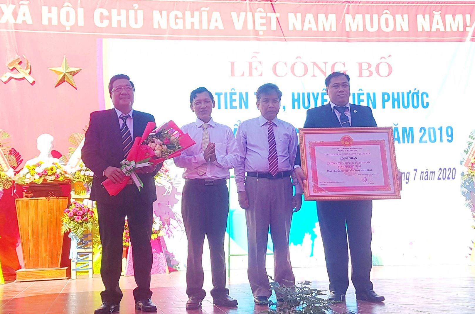 Đại diện Đảng bộ và nhân dân xã Tiên Thọ đón nhận Bằng công nhận xã đạt chuẩn nông thôn mới. Ảnh: D.L