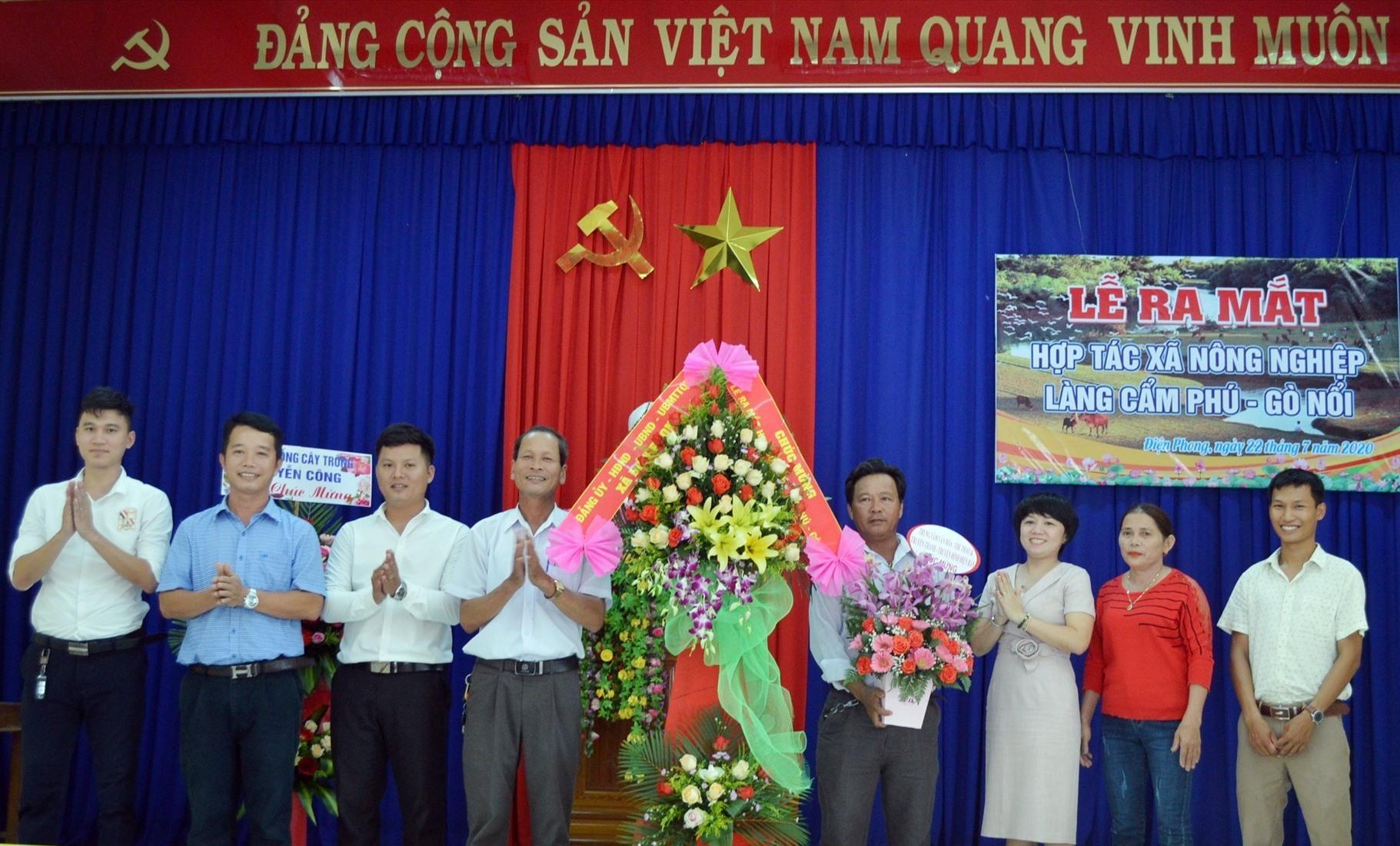 Ra mắt HTX Nông nghiệp làng Cẩm Phú - Gò Nổi. Ảnh: VĨNH LỘC