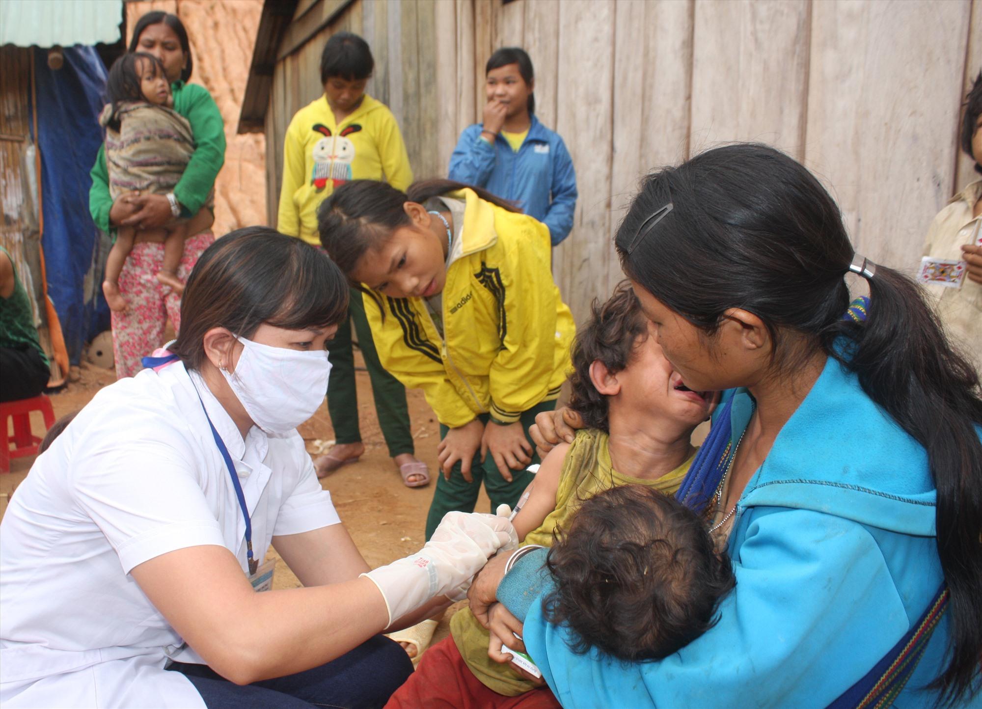 Tăng cường rà soát lịch tiêm chủng của trẻ để đảm bảo trẻ được tiêm đủ các liều vắc xin phòng bệnh. Ảnh: X.H