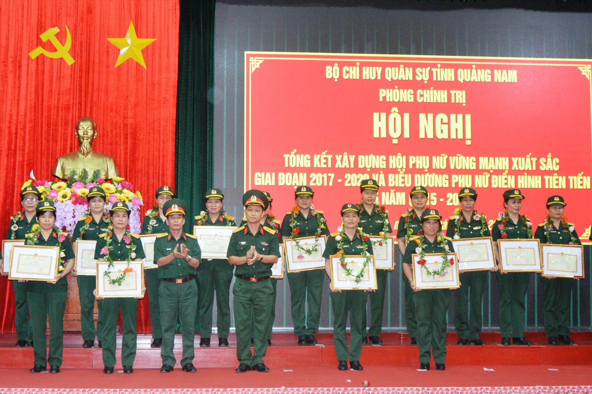 Bộ CHQS tỉnh khen thưởng cho các phụ nữ điển hình tiên tiến trong lực lượng vũ trang tỉnh. Ảnh: T.ANH