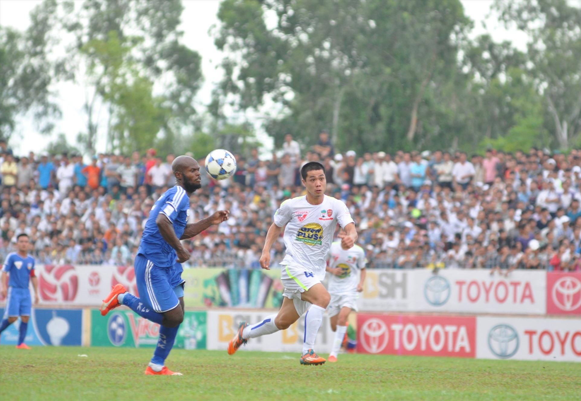 Trung vệ Hoàng Vissai (áo xanh) trở lại trong màu áo Quảng Nam là tin vui cho đội bóng khi mà hàng phòng ngự bị sứt mẻ do chấn thương. Ảnh: A.N