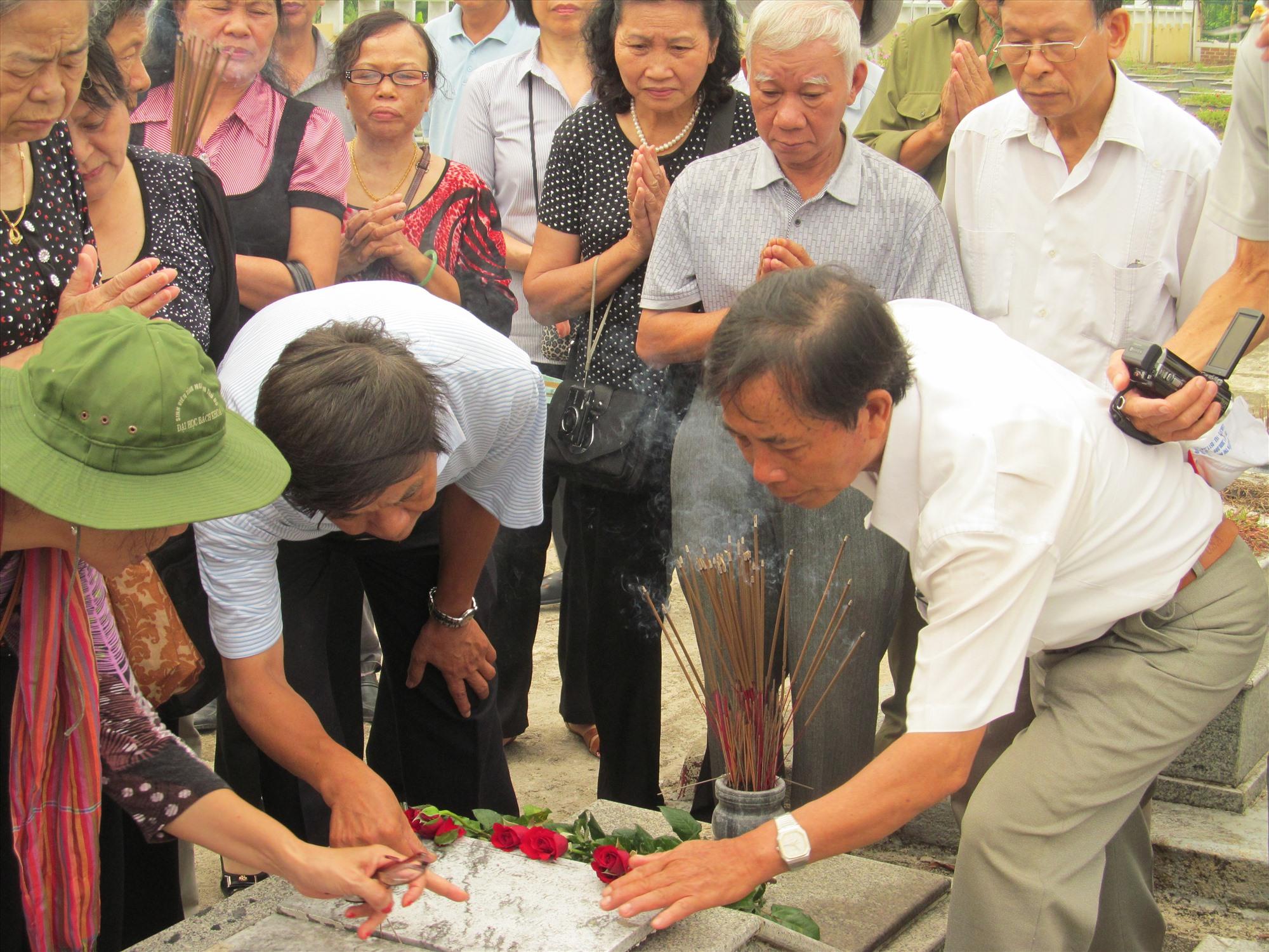 Bên mộ nhà thơ, liệt sĩ Nguyễn Mỹ ở Nghĩa trang Bắc Trà My.Ảnh: Q.H