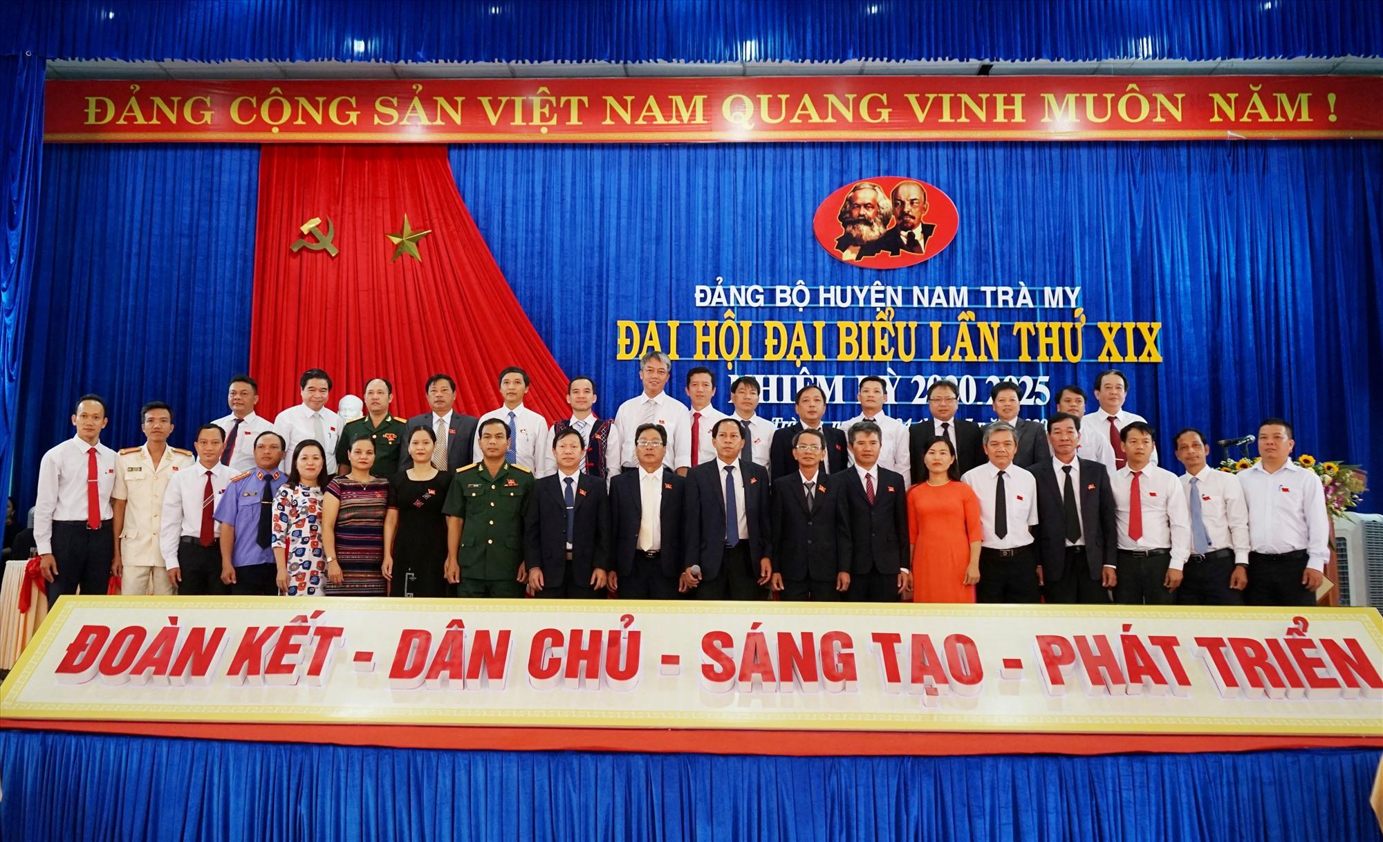 Ra mắt Ban Chấp hành Đảng bộ huyện Nam Trà My khóa XIX, nhiệm kỳ 2020 - 2025. Ảnh: B.N