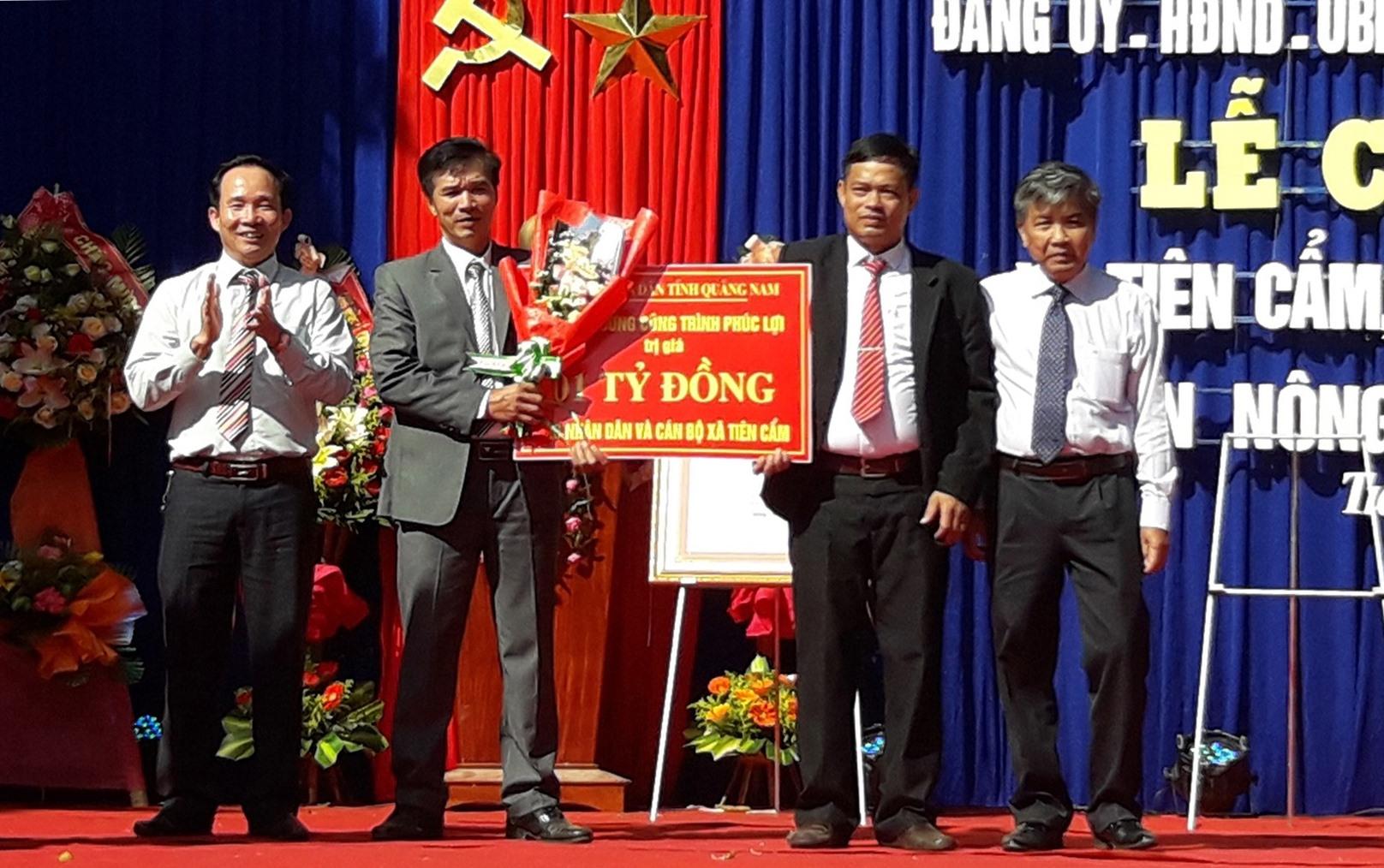 Đại diện lãnh đạo tỉnh trao phần thưởng trị giá 1 tỷ đồng cho xã Tiên Cẩm có thành tích về đích NTM sơm 1 năm so với lộ trình để xây dựng công trình phúc lợi phục vụ nhân dân.