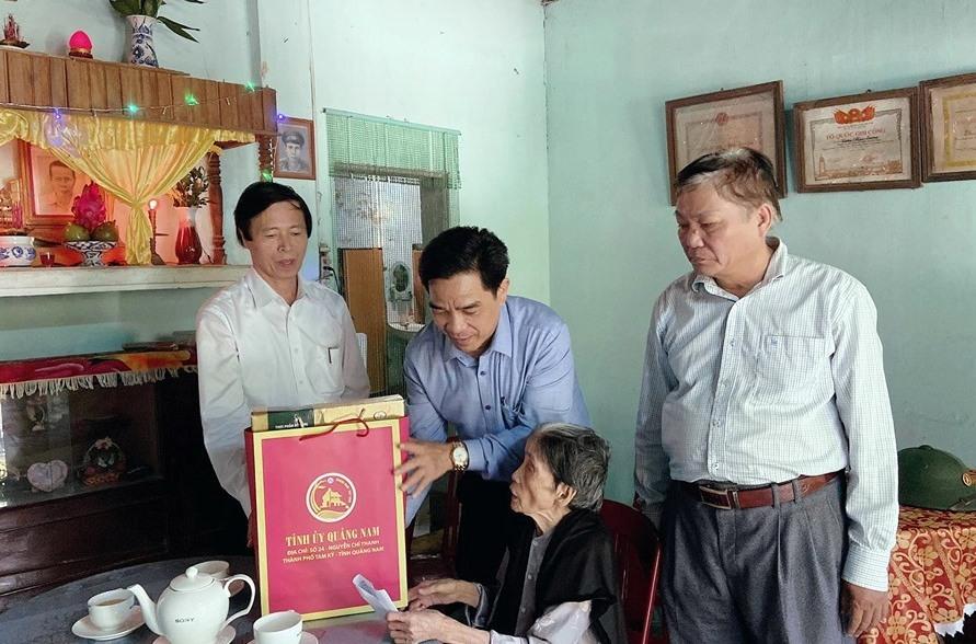 Đồng chí Lê Văn Dũng Phó bí thư Thường trực Tỉnh ủy thăm, tặng quà cho gia đình chính sách tại Tiên Phước.