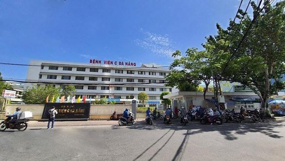 Sau khi phát hiện ca bệnh 416, Bệnh viện C Đà Nẵng đã kịp thời phong tỏa toàn bộ, khẩn trương phun thuốc khử trùng các phòng khoa, khuôn viên bệnh viện - Ảnh: TTXVN