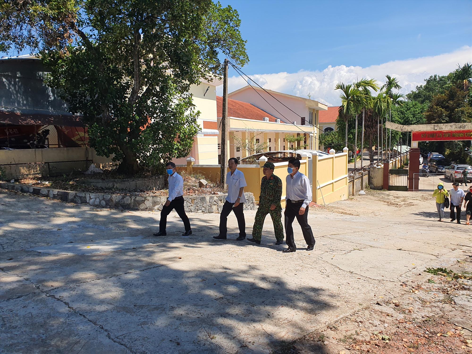 Phó Chủ tịch Trần Văn Tân kiểm tra công tác chống dịch tại Đại Lộc. Ảnh: HOÀNG LIÊN