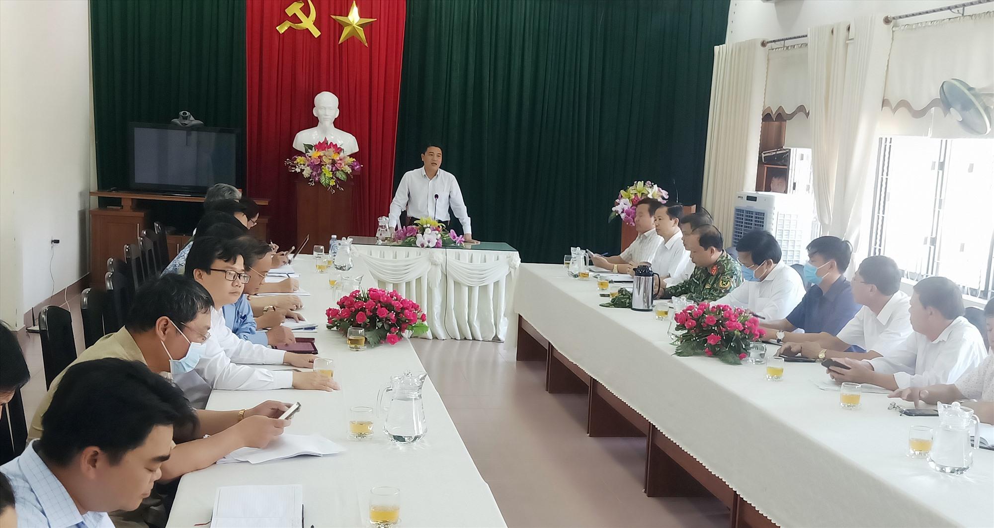 Phó Chủ tịch UBND tỉnh Trần Văn Tân phát biểu chỉ đạo tại buổi làm việc với huyện Đại Lộc về phòng chống dịch Covid-19, ngày 26.7. Ảnh: HOÀNG LIÊN
