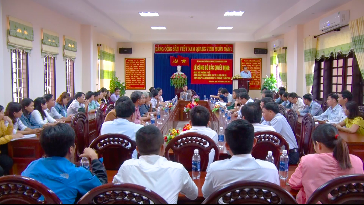 Lễ công bố quyết định sáp nhập các đơn vị, cơ quan trực thuộc huyện Nông Sơn theo đề án tinh gọn bộ máy vào cuối năm 2018. Ảnh: P.VINH