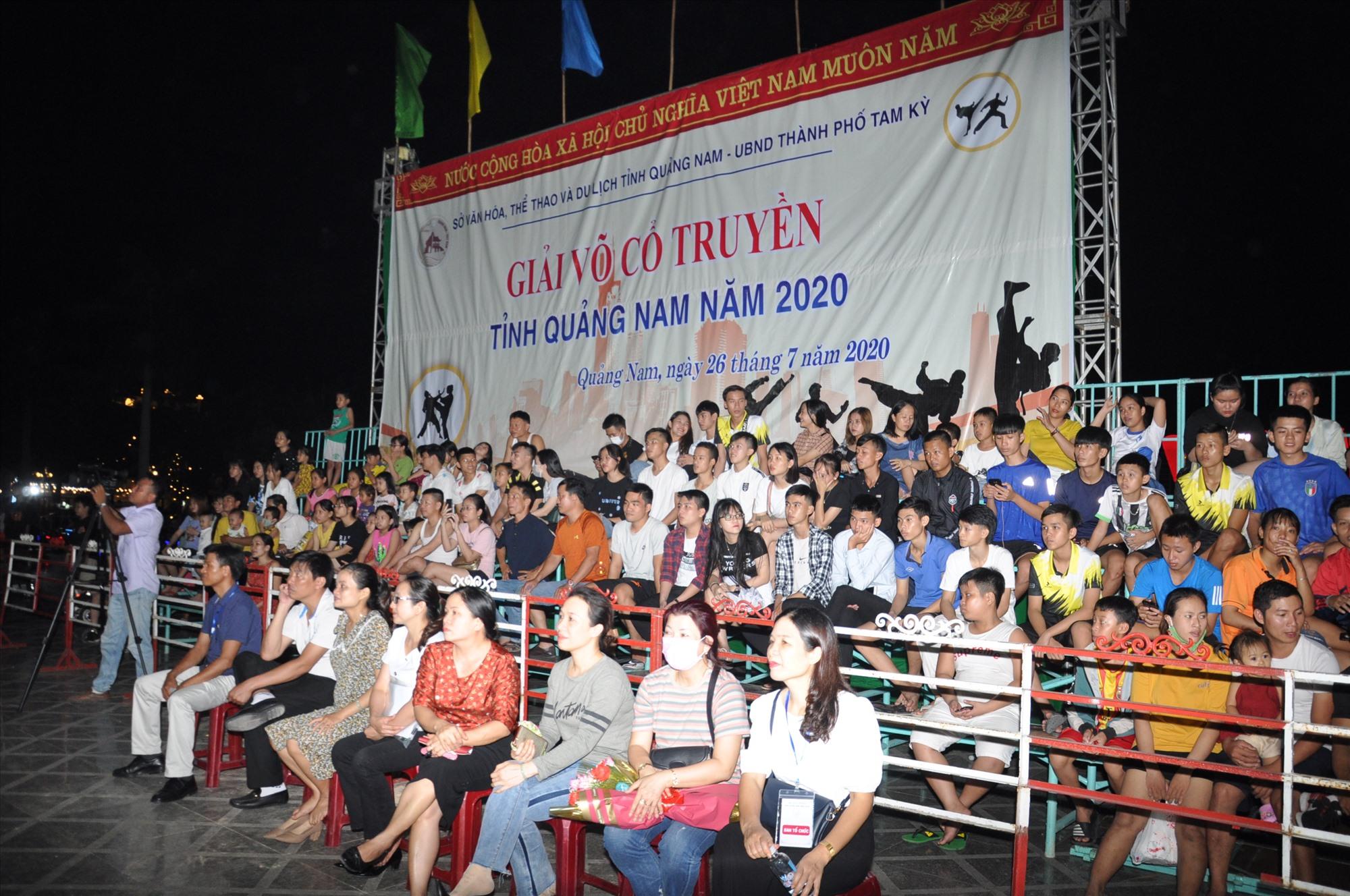 Khá đông người hâm mộ đến dự xem đêm khai mạc. Ảnh: T.V