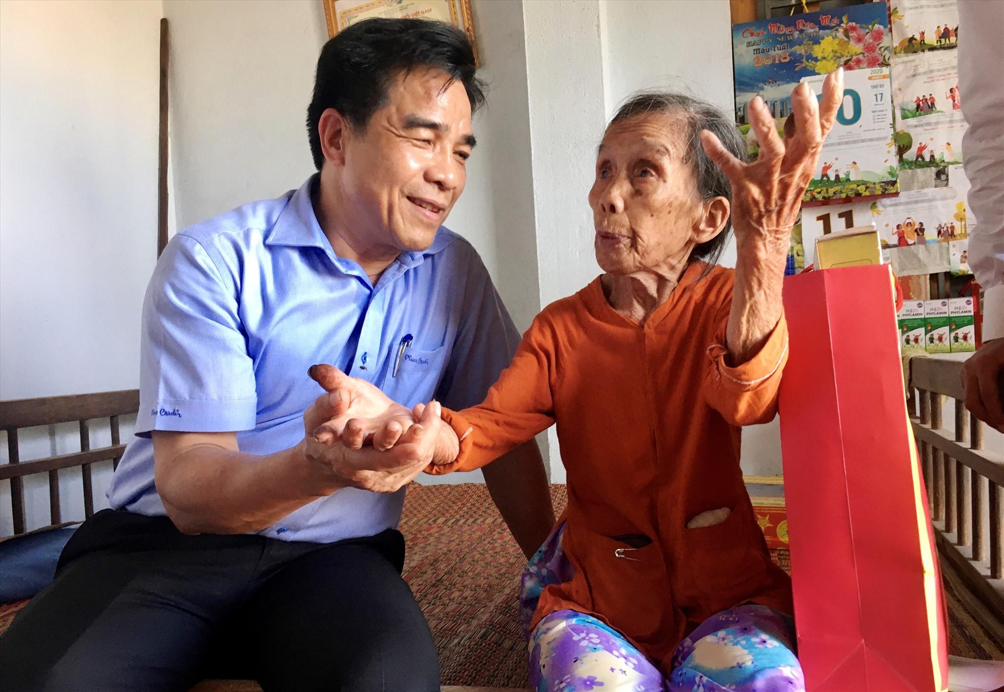Phó Bí thư Thường trực Tỉnh ủy Lê Văn Dũng cùng lãnh đạo huyện Nông Sơn đến thăm, tặng quà gia đình