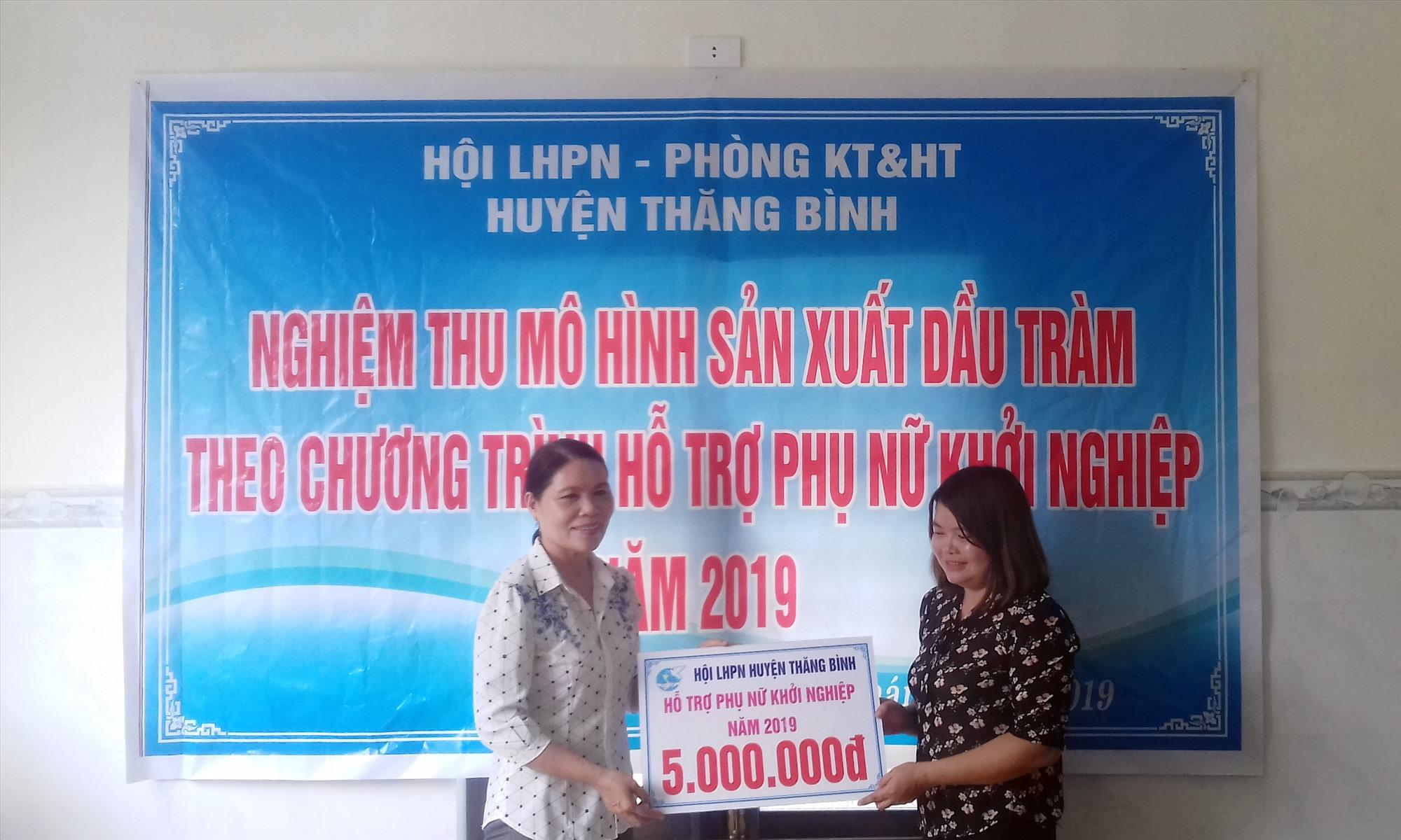 Cô gái Bình Sa khởi nghiệp từ sản phẩm tinh dầu tràm.