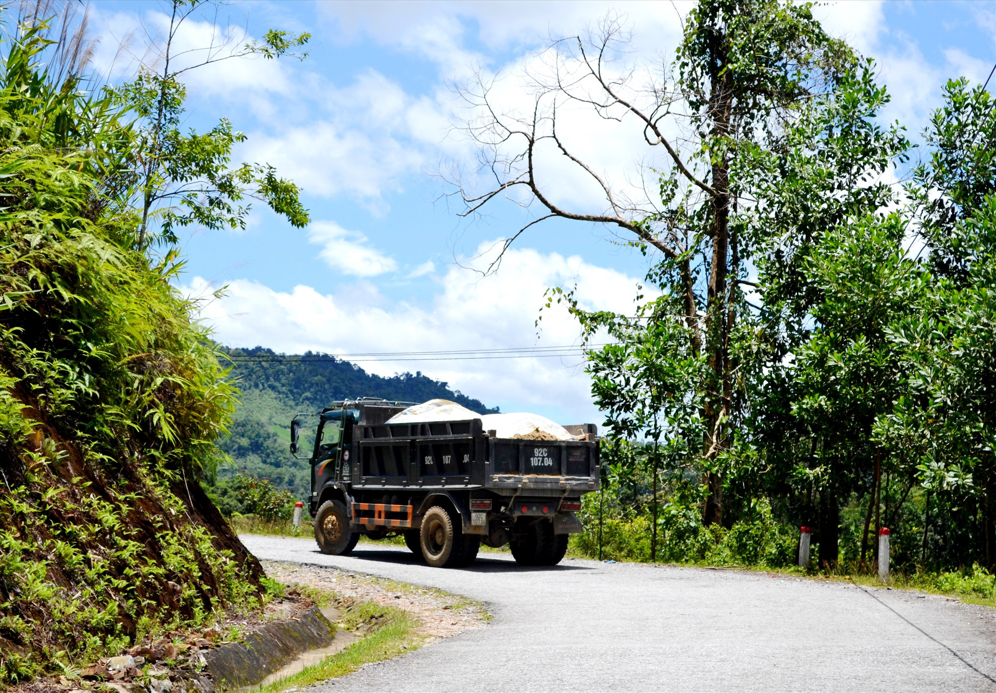 Quốc lộ 40B qua địa bàn Nam Trà My tồn tại nhiều đoạn dốc, cong cua rất nguy hiểm. ẢNH: C.T