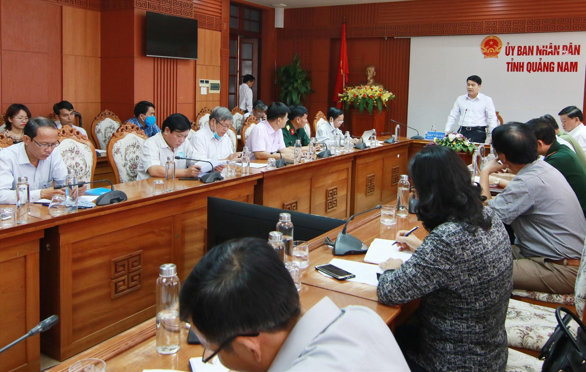 Quang cảnh buổi họp Ban Chỉ đạo phòng chống dịch Covid-19 tỉnh vào sáng 27.7. Ảnh: C.H