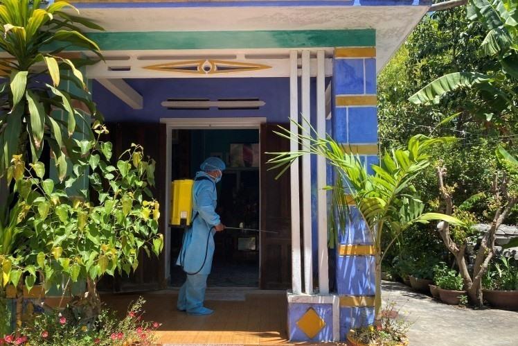 Phun xử lý môi trường tại nhà F0 xã Điện Hòa.