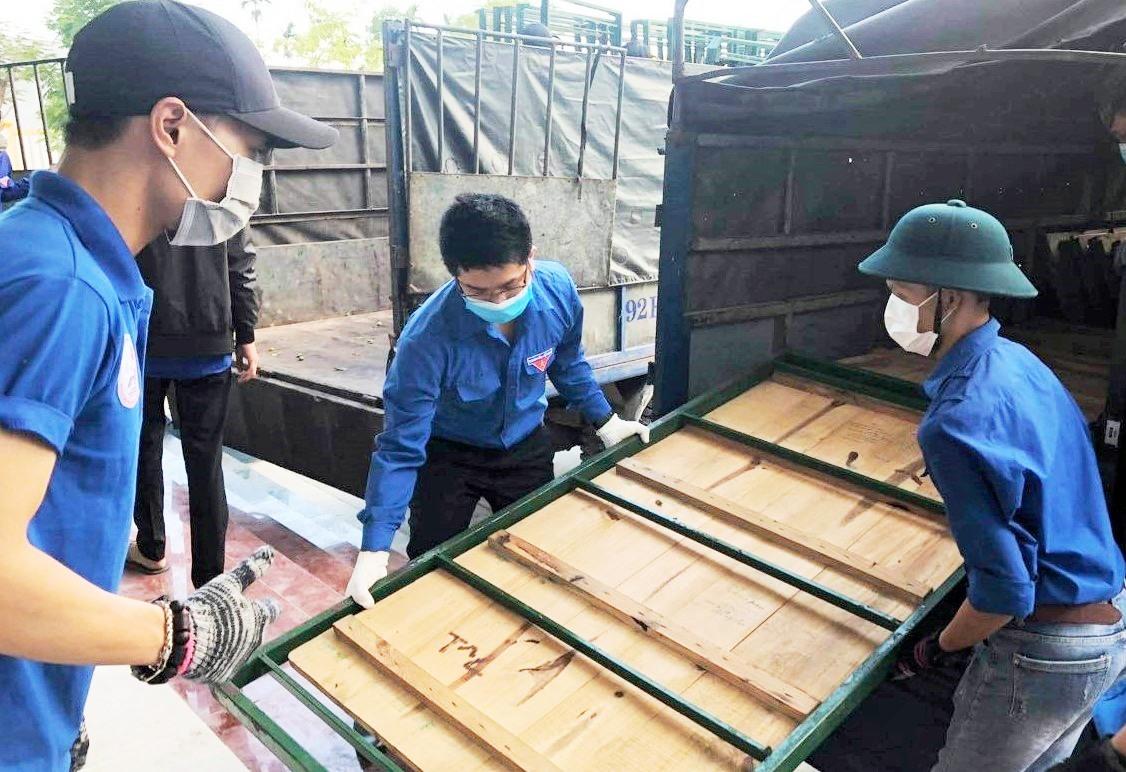 Thanh niên xung kích của huyện tham gia vận chuyển các dụng cụ, chuẩn bị điều kiện cần thiết tại khu cách ly. Ảnh: CTV